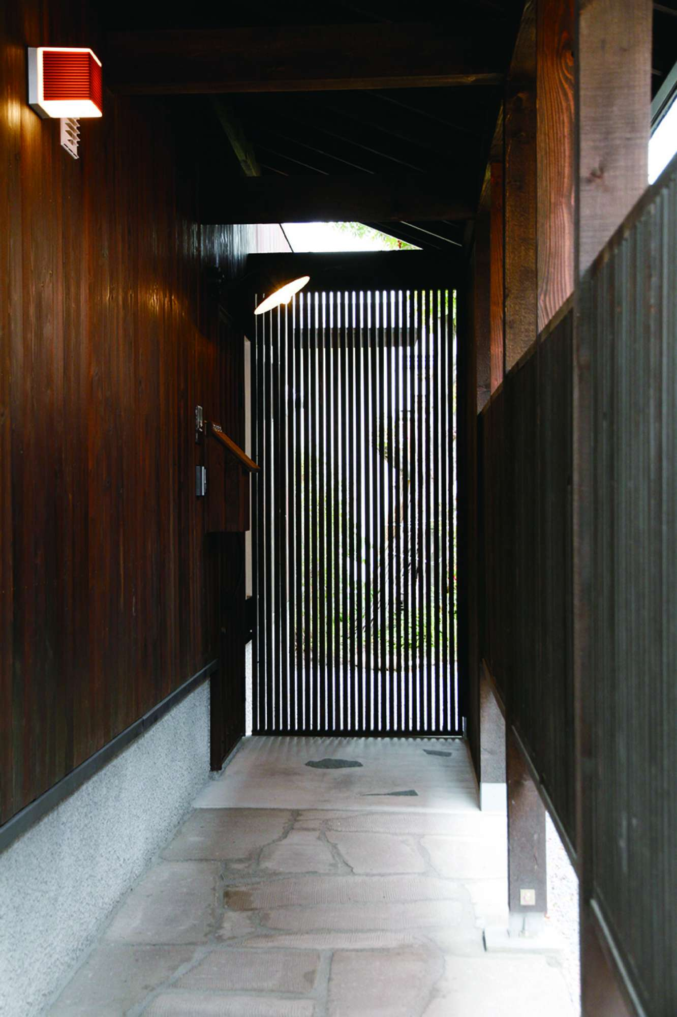 壁面の羽目板と縦ルーバーが風流な玄関アプローチ -  -  -