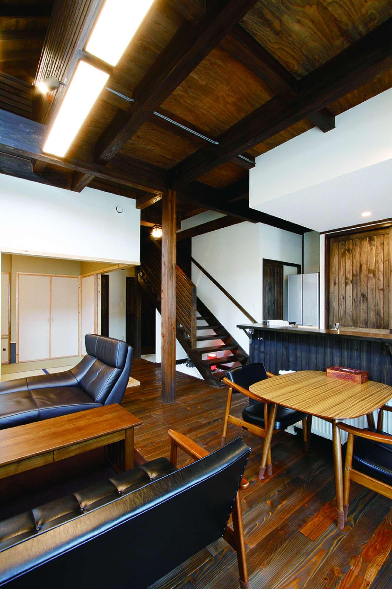 リビングから見た階段方向。玄関からキッチンへの動線も便利 -  -  -