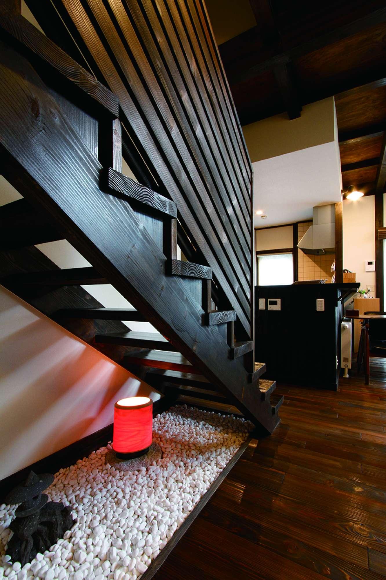 横張りのルーバーが美しい階段の下に小粋な坪庭を演出 -  -  -