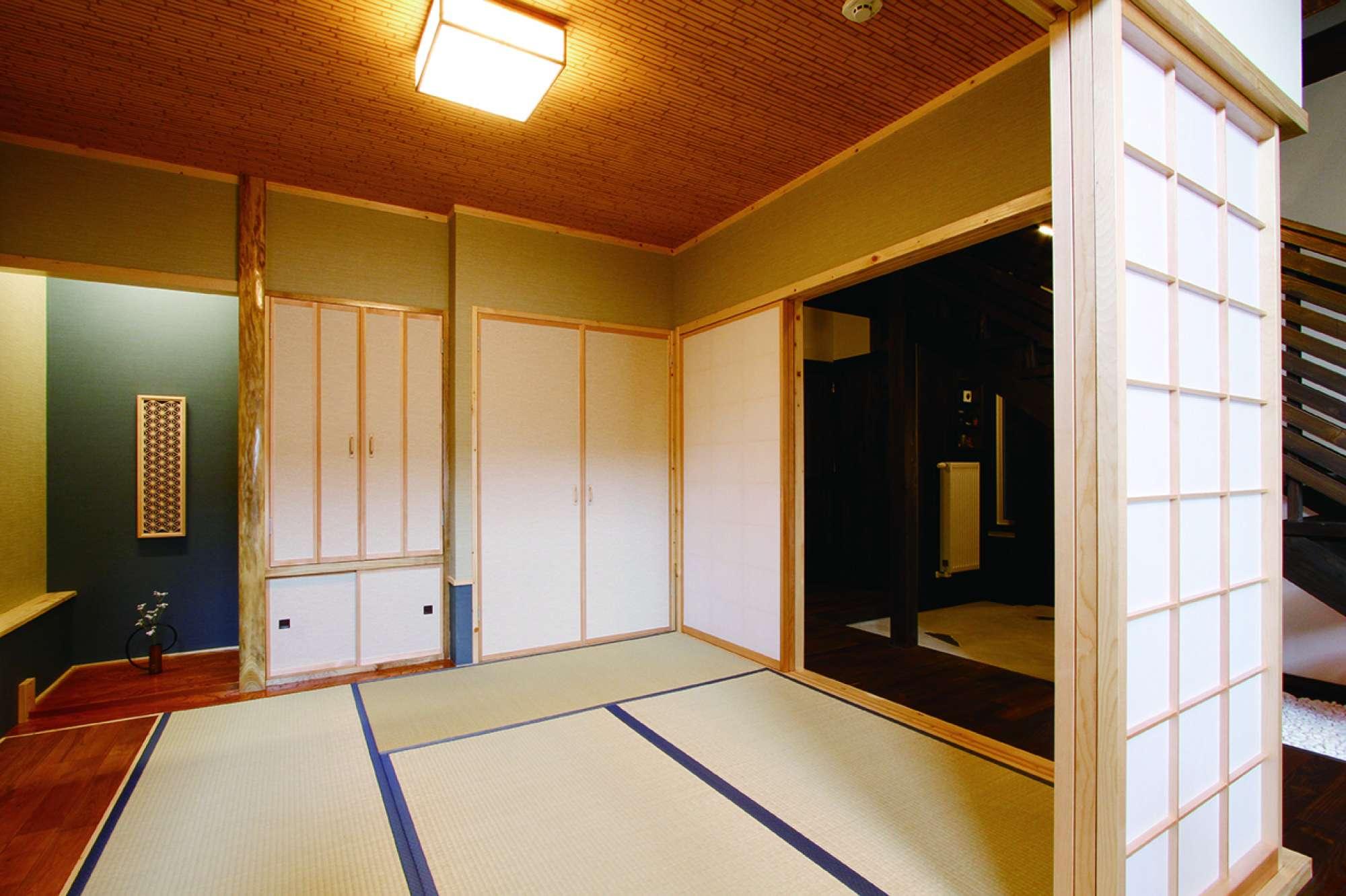 障子がL字型に開放する和室。階段下の坪庭も眺められる設計 -  -  -