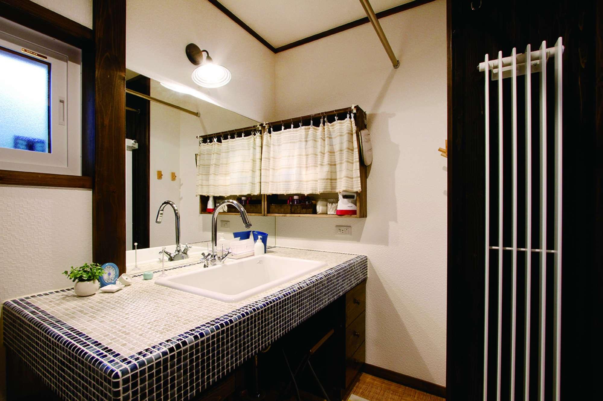 モザイクタイルをあしらった造作洗面化粧台 -  -  -