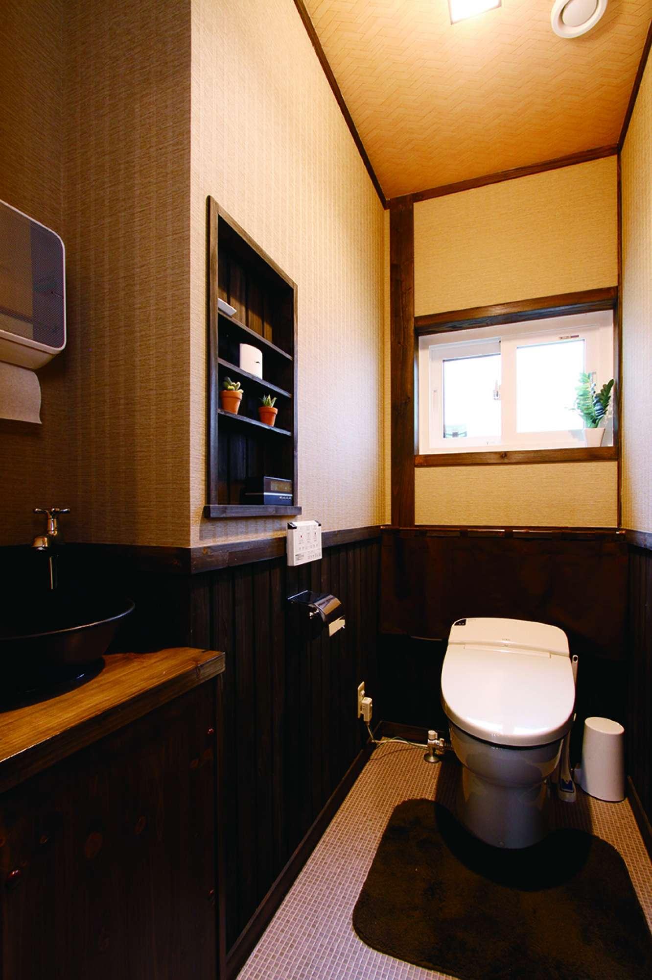 腰壁を巡らしたトイレ。手洗いとニッチの壁を造作 -  -  -