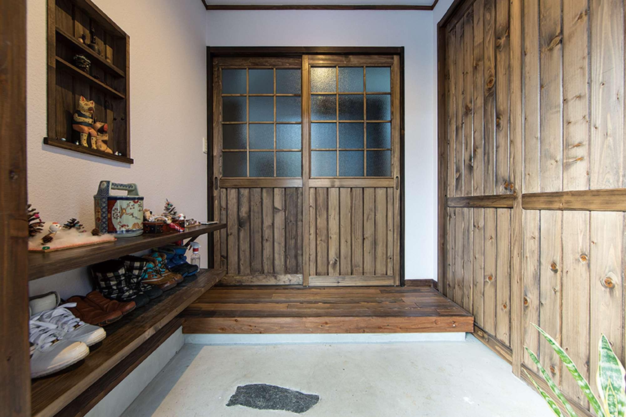 木の温もりあふれる玄関。右の引き戸はシューズコーナー -  -  -