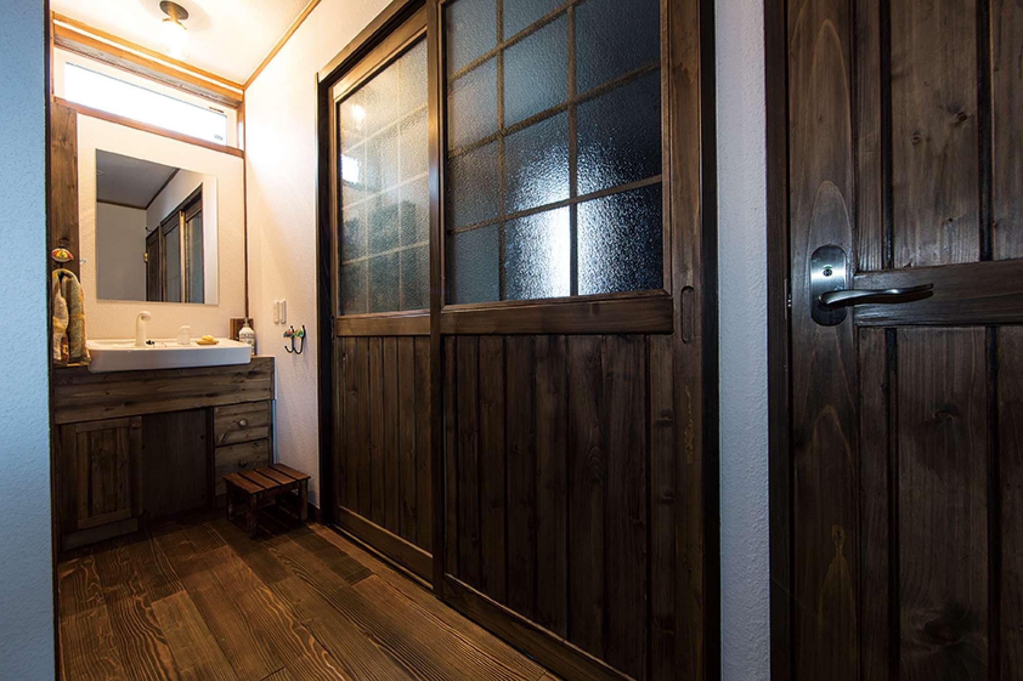 玄関から室内に入ってすぐ右手に、造作洗面化粧台を設置 -  -  -