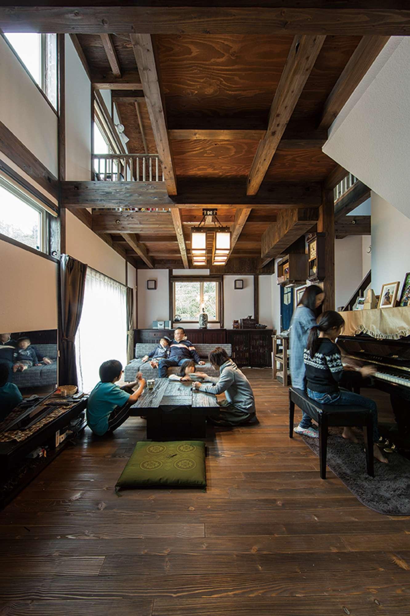 木目がくっきり、古民家の趣が漂うゆとりの空間で家族が憩う -  -  -