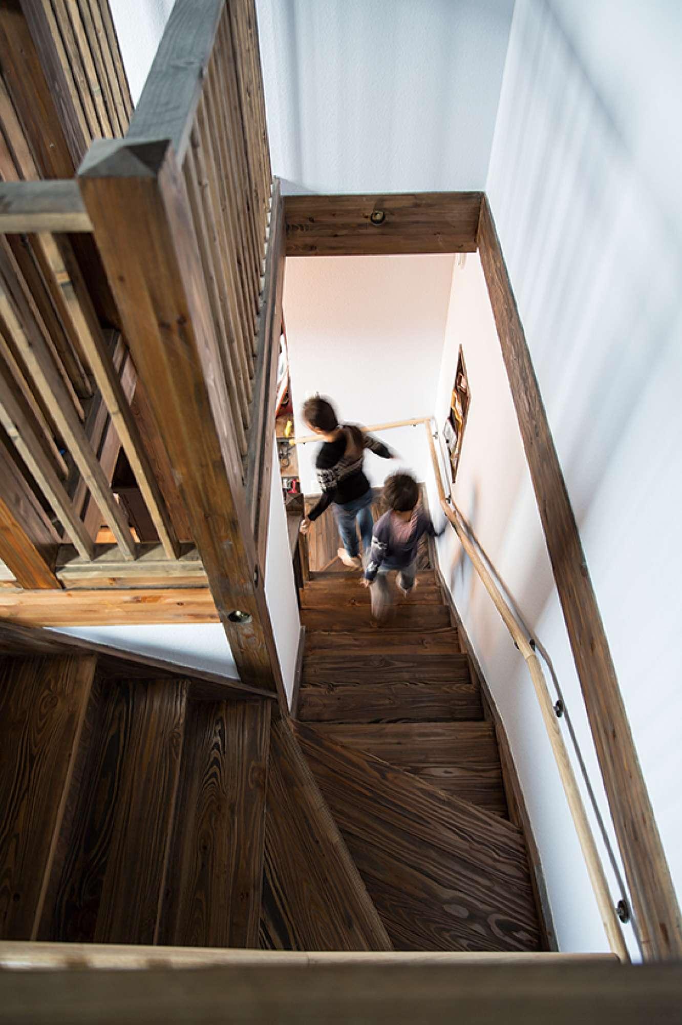上りやすいと来客から好評の階段。子どもたちが元気に行き来する -  -  -
