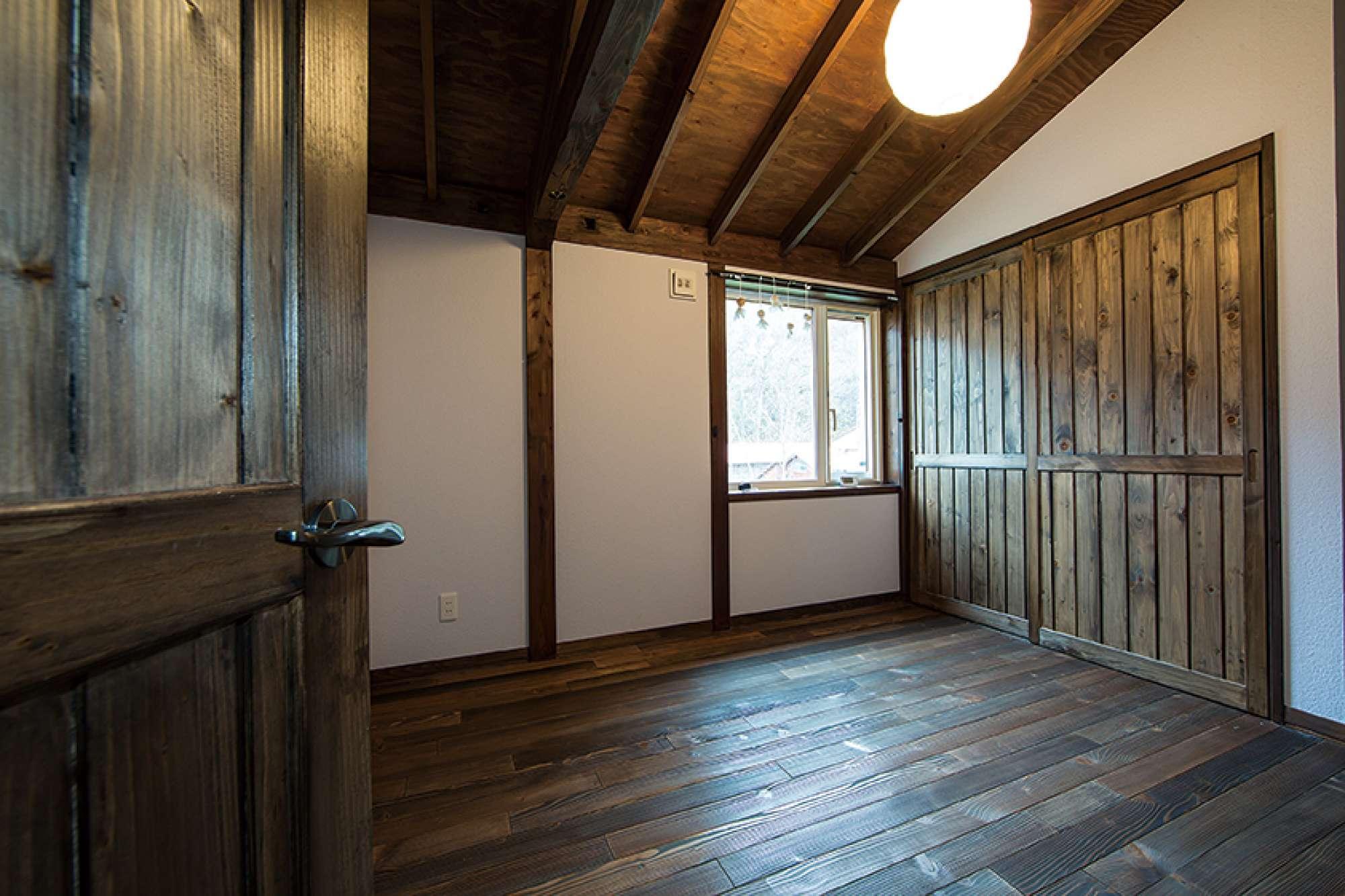 2階寝室。写真右手前にワイドなウォークスルークロゼットも -  -  -