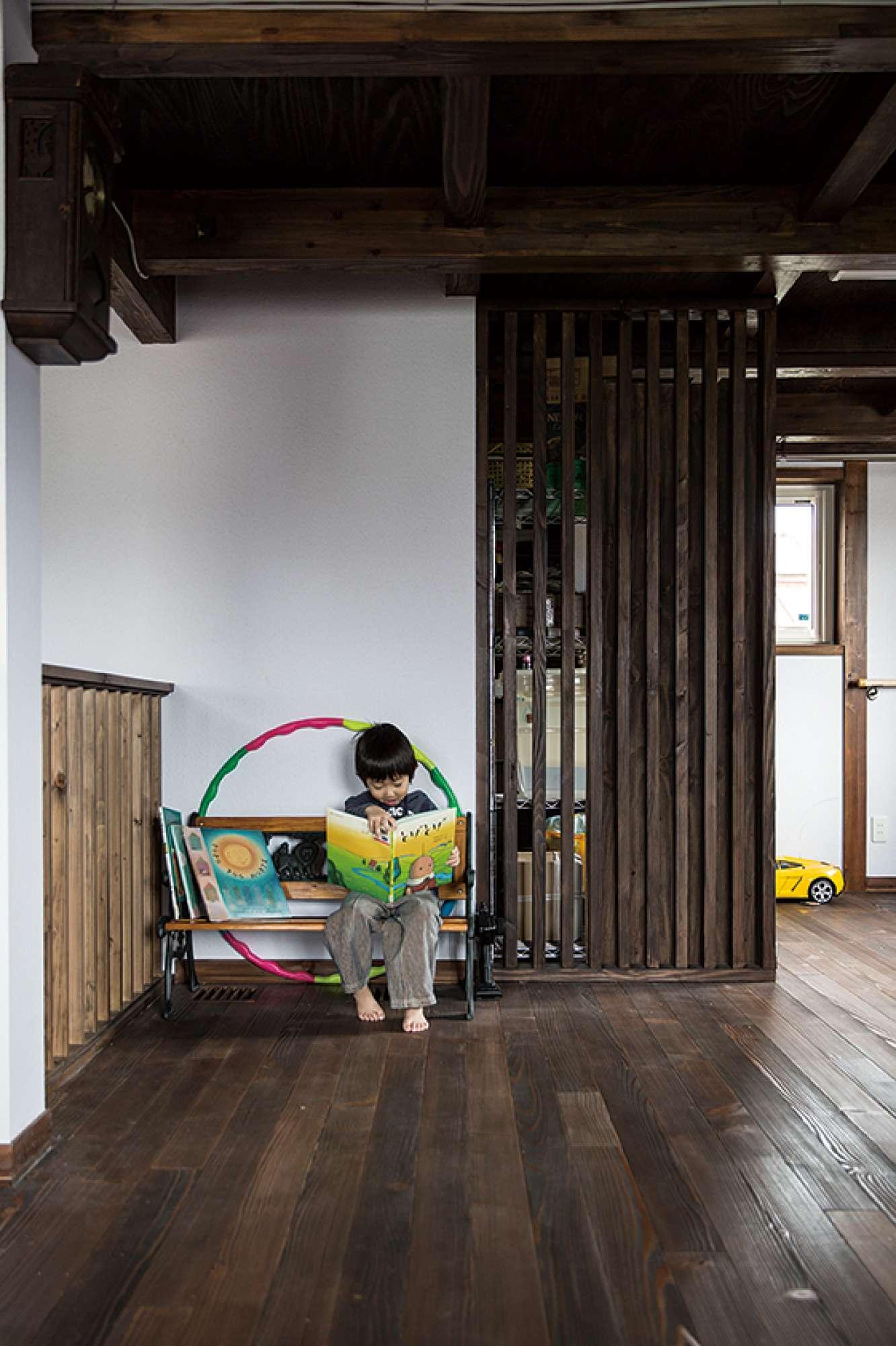 2階の階段横。木製縦格子ルーバーがパーテンション的な役割を -  -  -