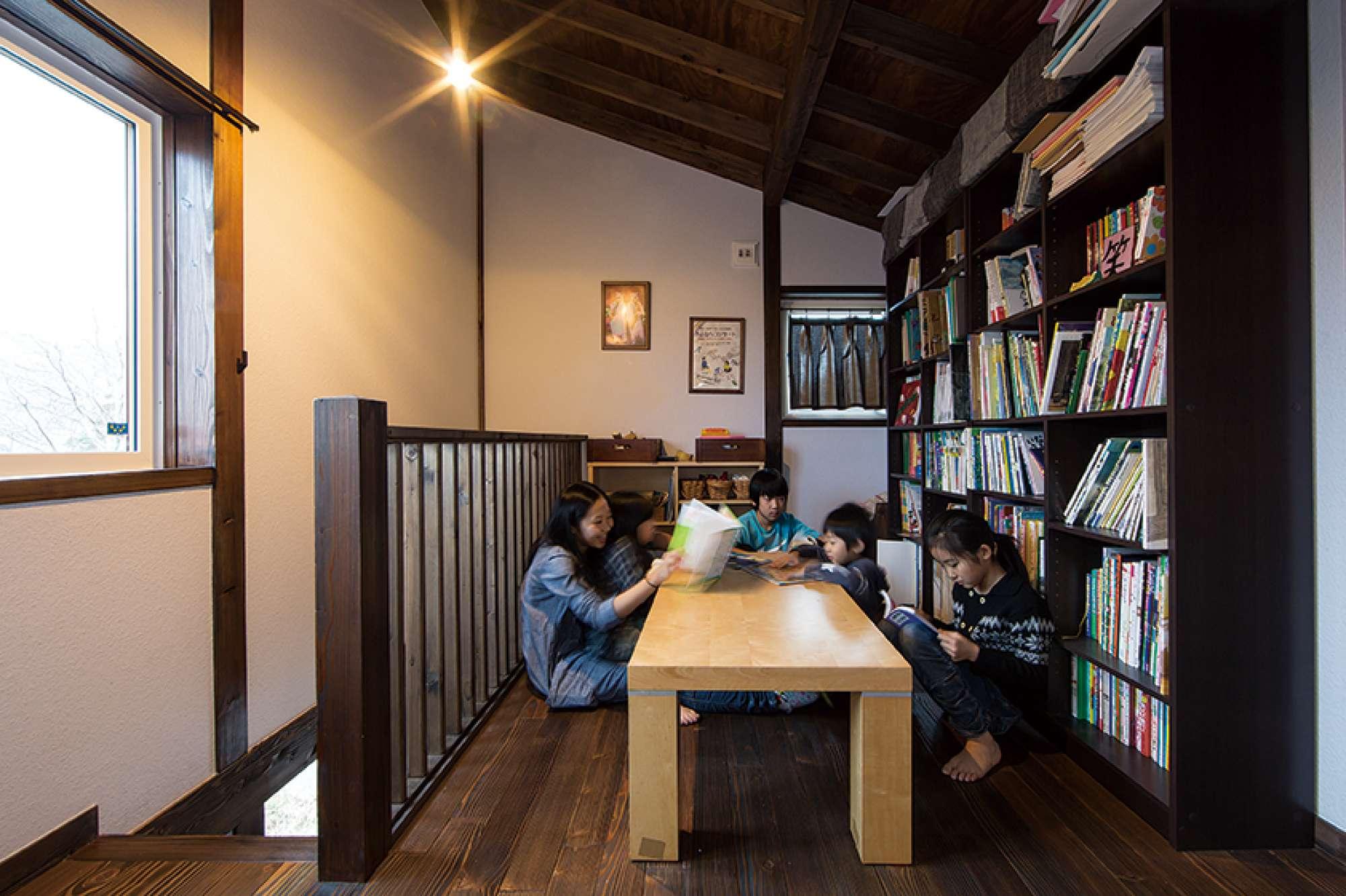 本棚とテーブルを配したロフトのフリースペースは皆のお気に入り -  -  -