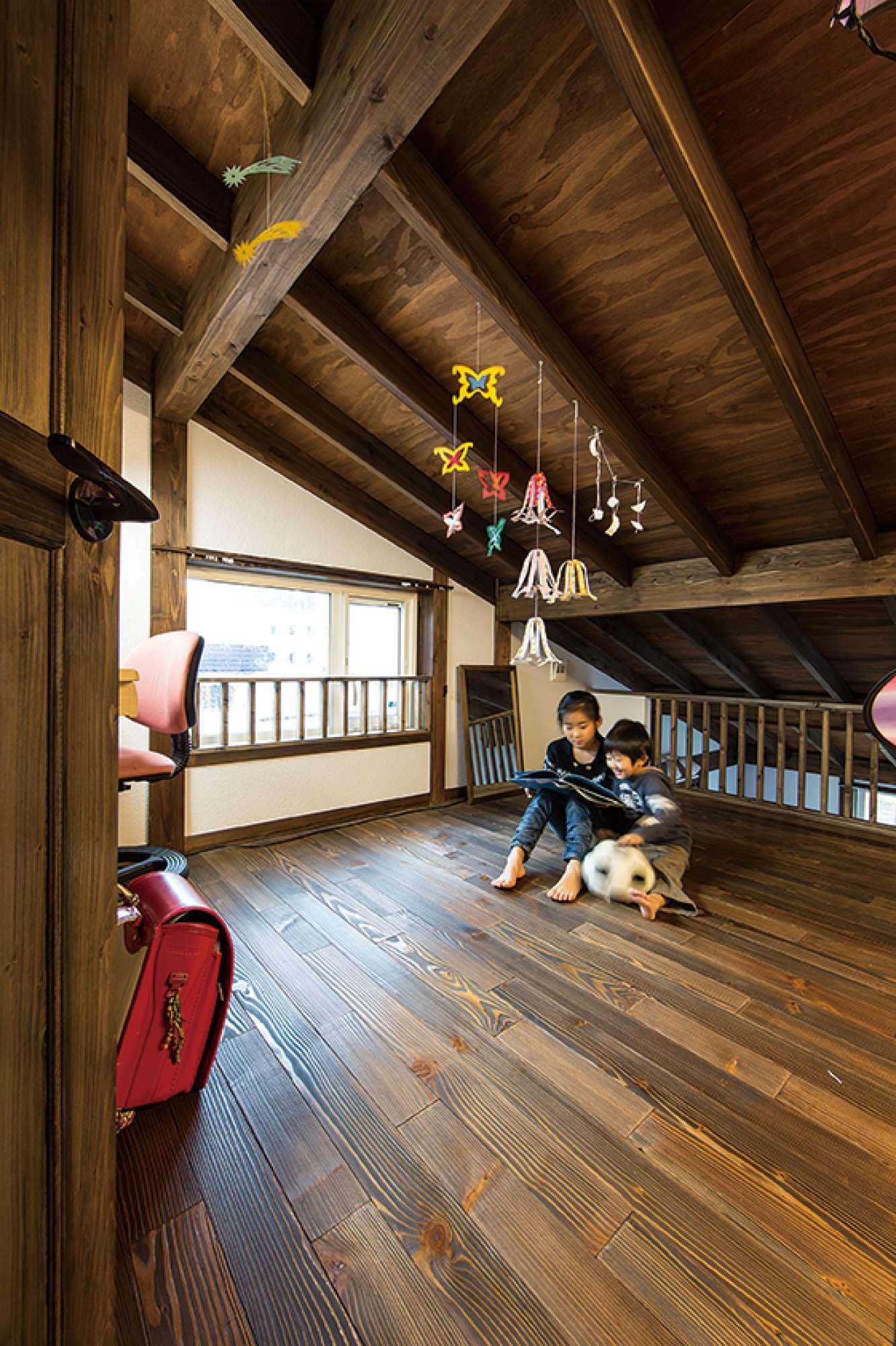 表し天井と浮造りフローリングの木質感あふれるロフト -  -  -