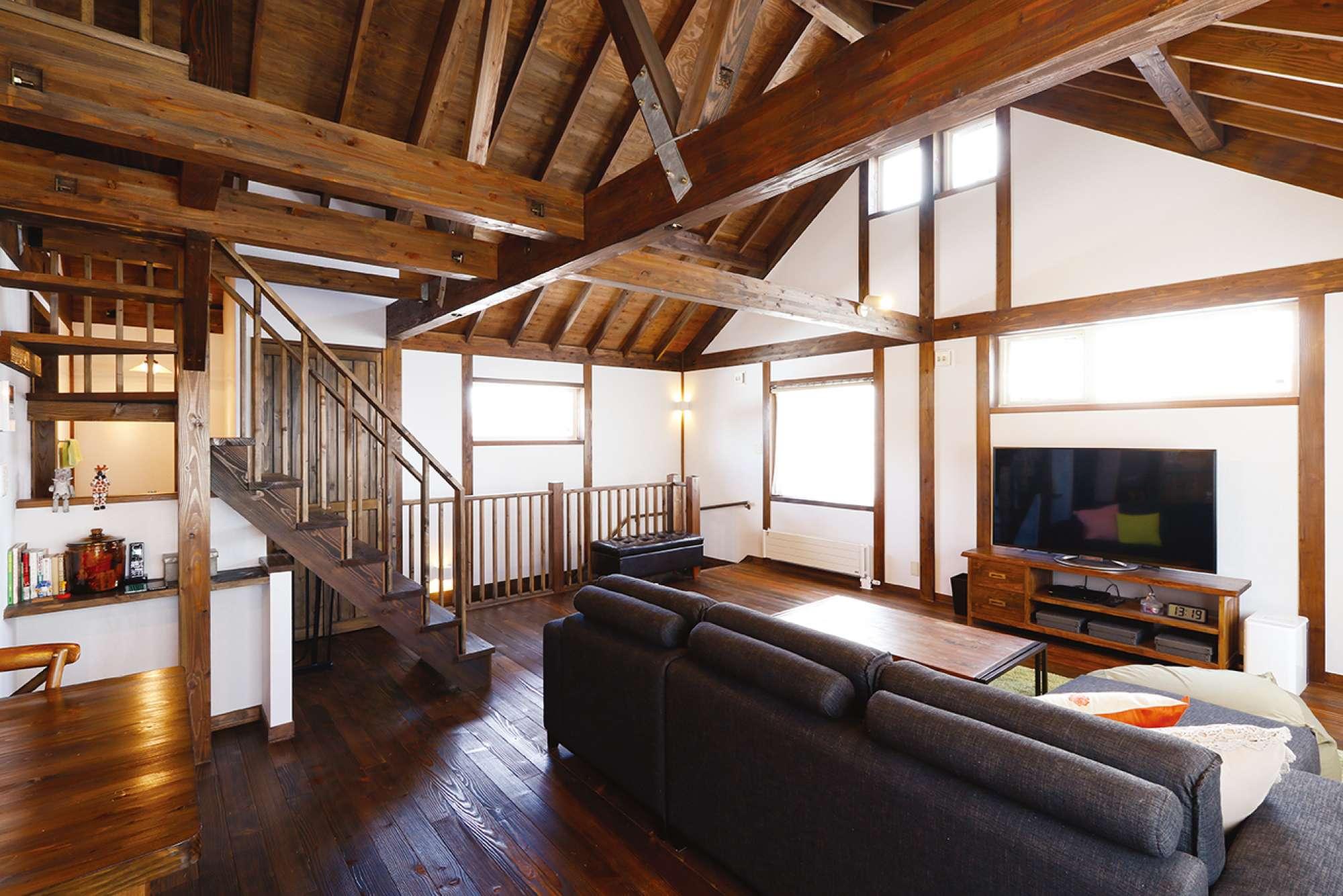 天井の高さも魅力。さらし階段からキッチン上のロフトへ -  -  -