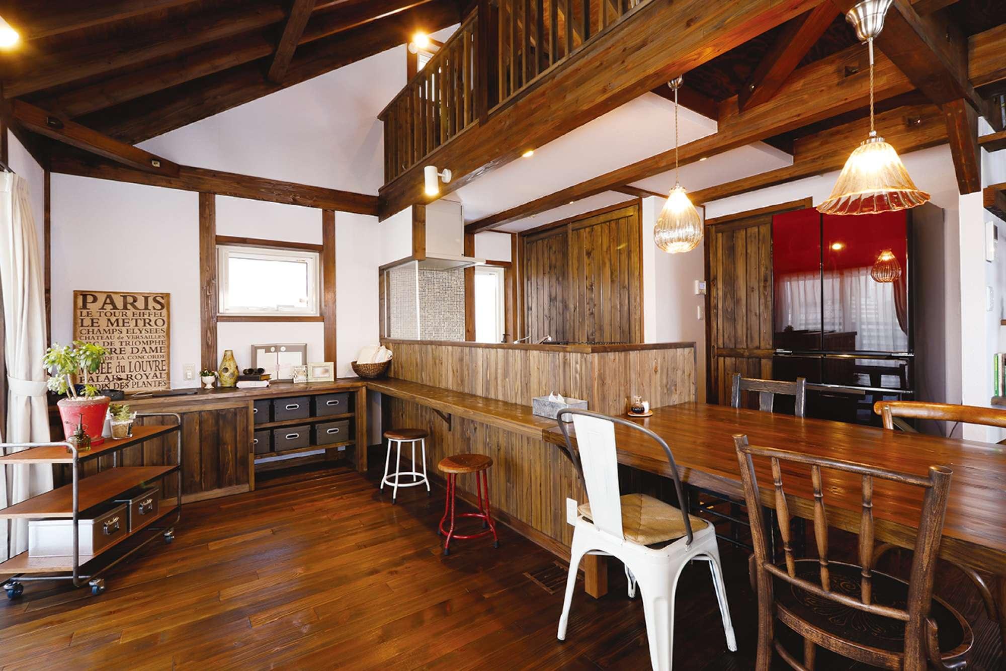 木の魅力を最大限に引き出した 多彩な造作、2階に大空間を創出 -