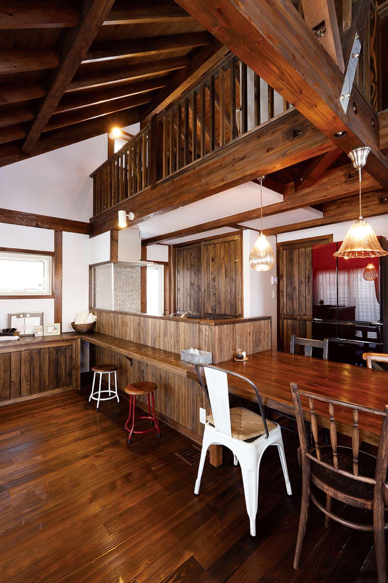 ロフトの格子手すりと表し天井も美しい。右奥には家事室が -  -  -