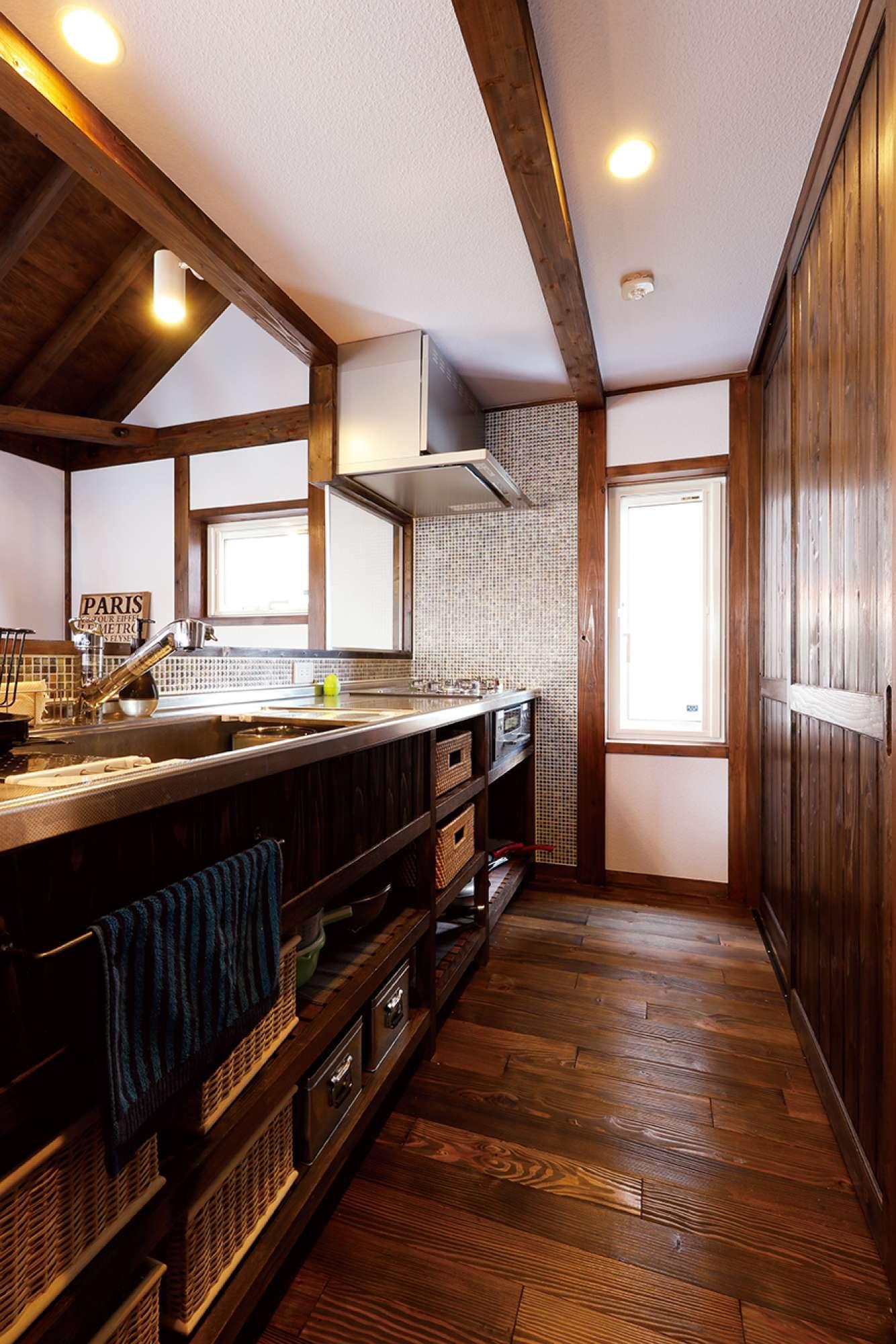 木の風合いが素敵なオリジナルの造作キッチン。右手は食器棚 -  -  -