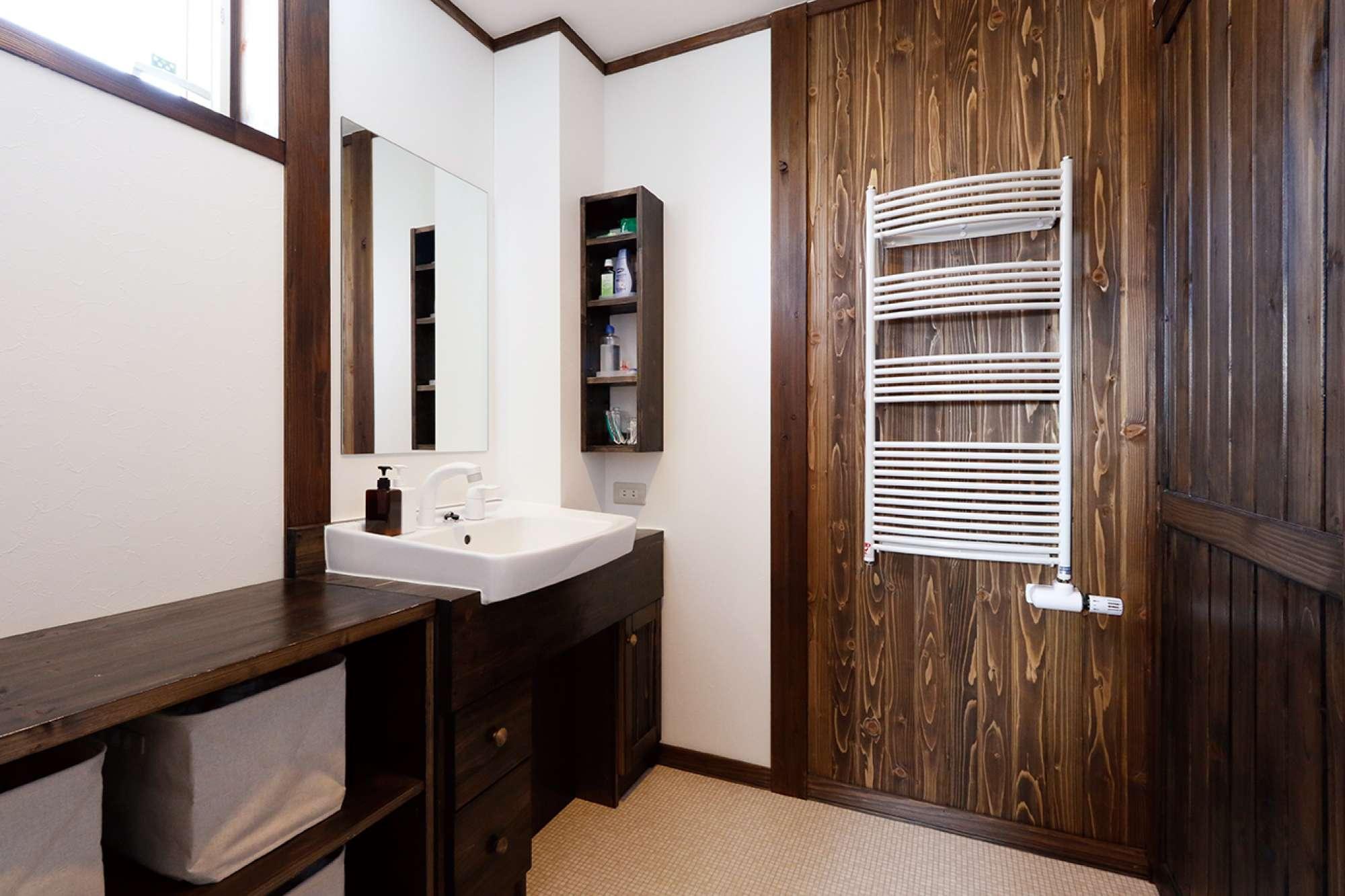 1階に配した木目が美しい木張りの壁と造作洗面化粧台 -  -  -