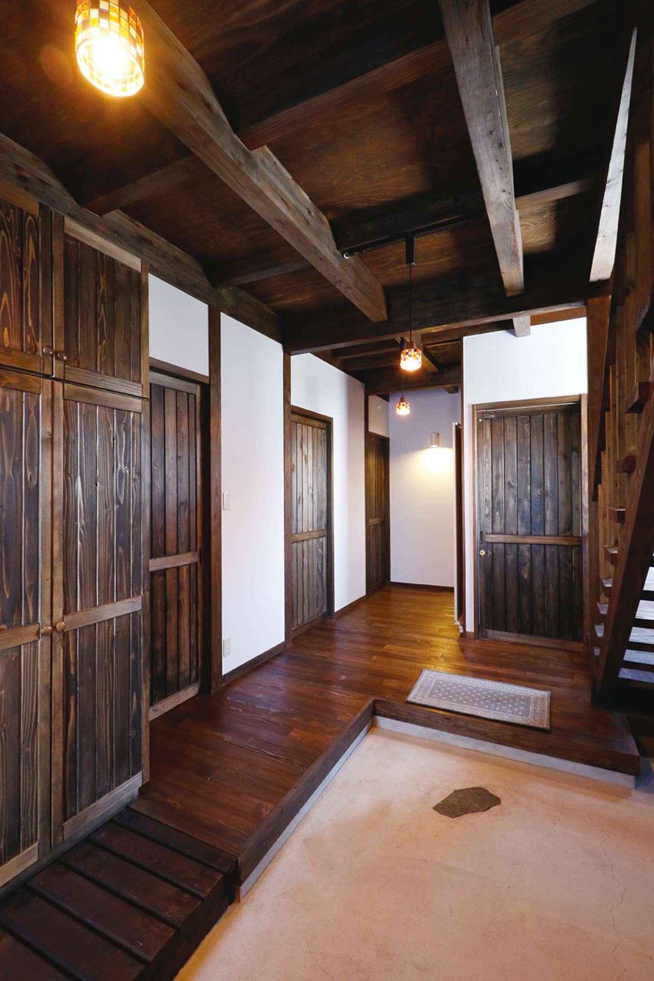 浮造りフローリングと表し天井、造作建具。木の魅力あふれる玄関 -  -  -