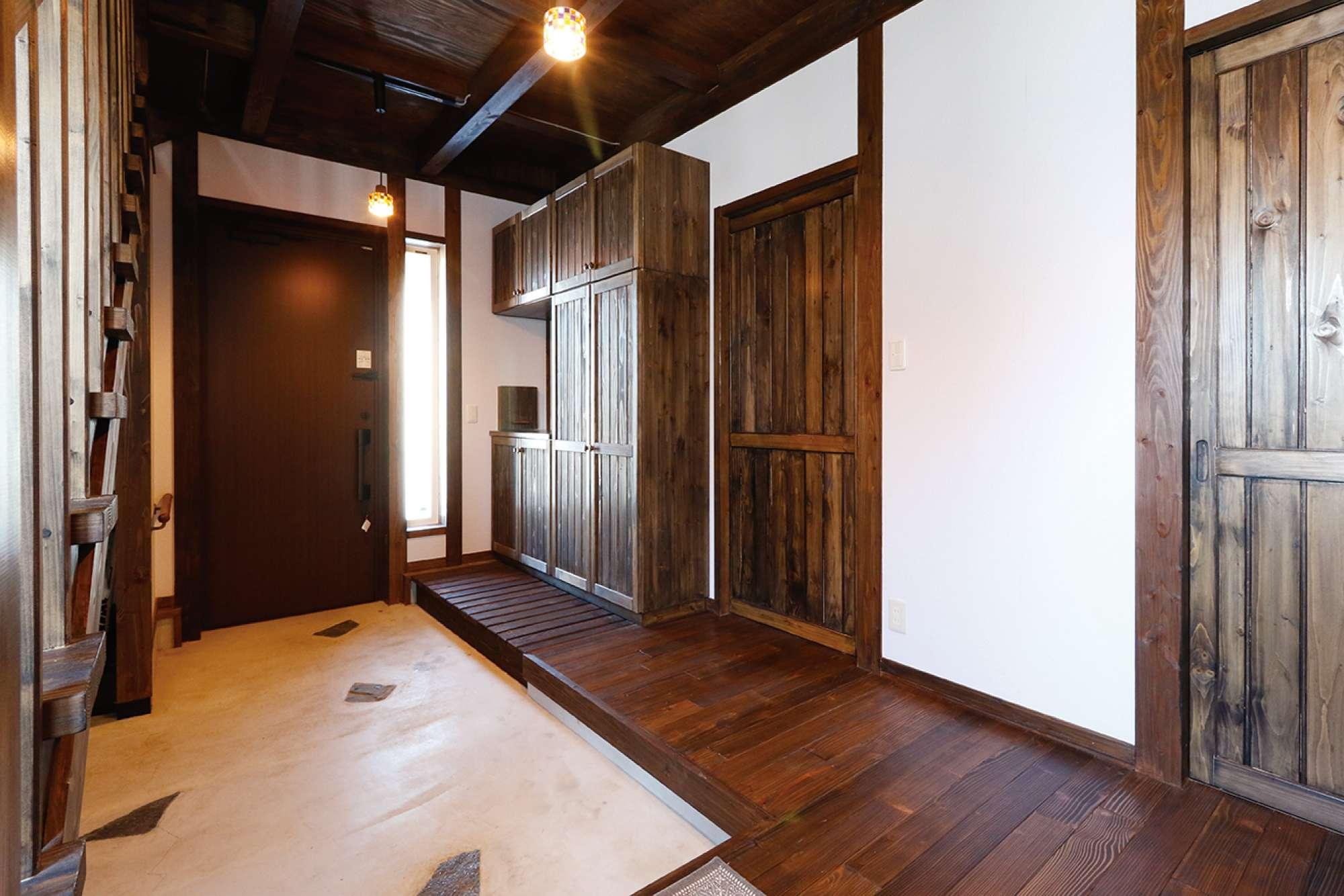 逆側から見た玄関の表情。広々とした空間に造作下駄箱が映える -  -  -