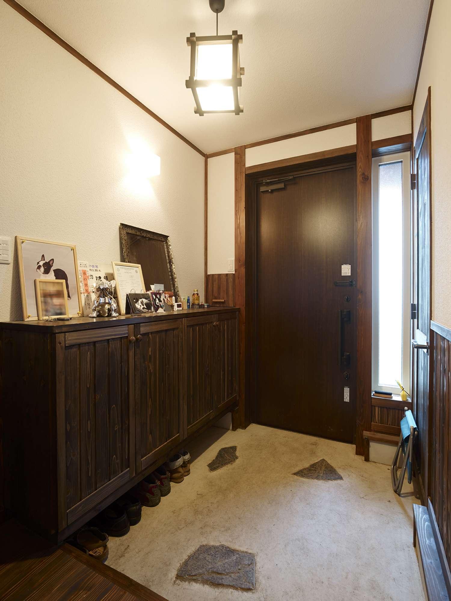 自然石を埋め込んだ玄関。下駄箱は造作、右手に物入設置 -  -  -