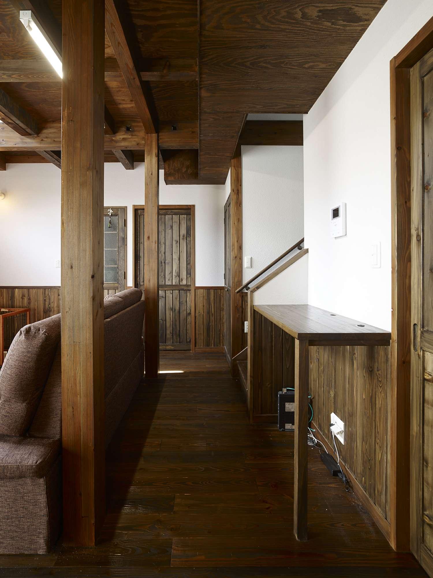 階段の横に設置した造作のカウンター -  -  -