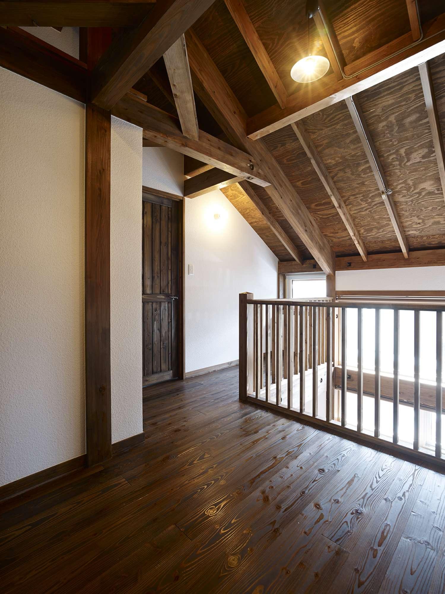 2階ホール、窓方向。吹抜けに面して格子手すりを配している -  -  -