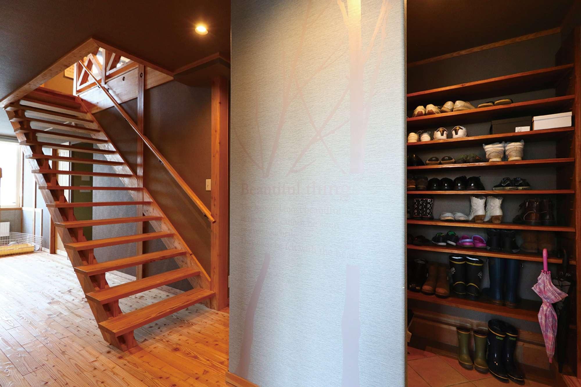 シューズクロークとさらし階段。左手奥はペットコーナー -  -  -