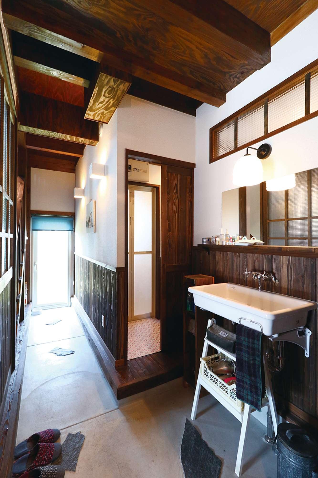玄関から勝手口まで抜けられる通り土間。右は造作洗面台と浴室入口 -  -  -