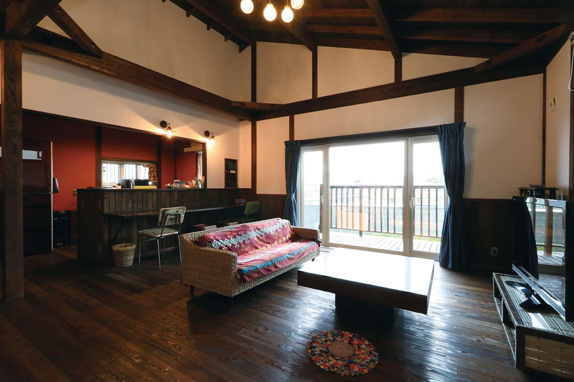 平屋だが表し天井のため天井が高く、開放感あふれるリビング -  -  -