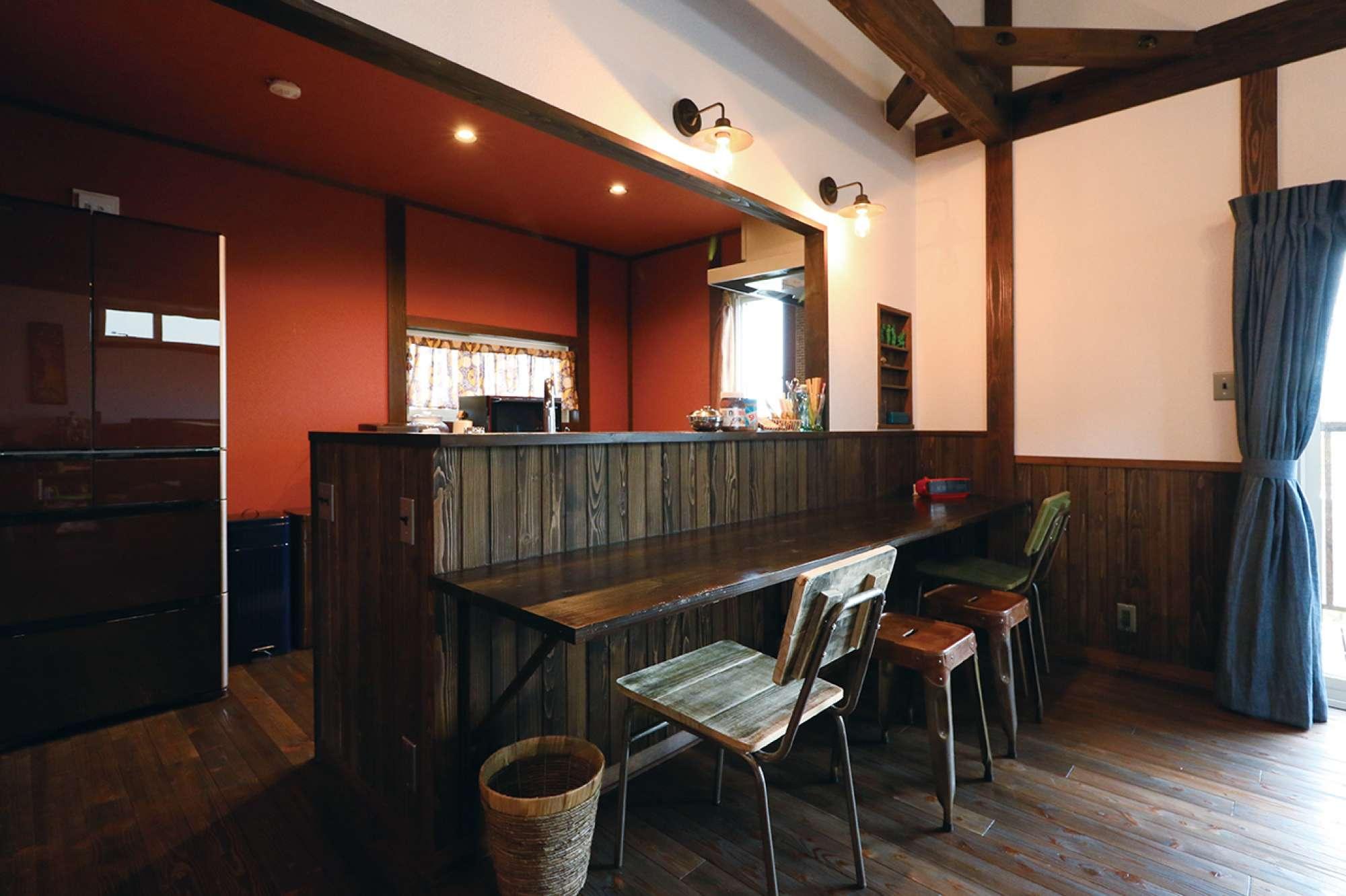 エンジ色の壁が素敵なキッチンと、造作のダイニングカウンター -  -  -