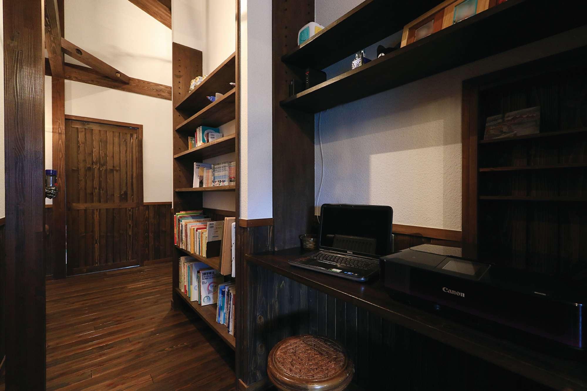 ホールに、造作のPCカウンターと本棚を連続配置 -  -  -