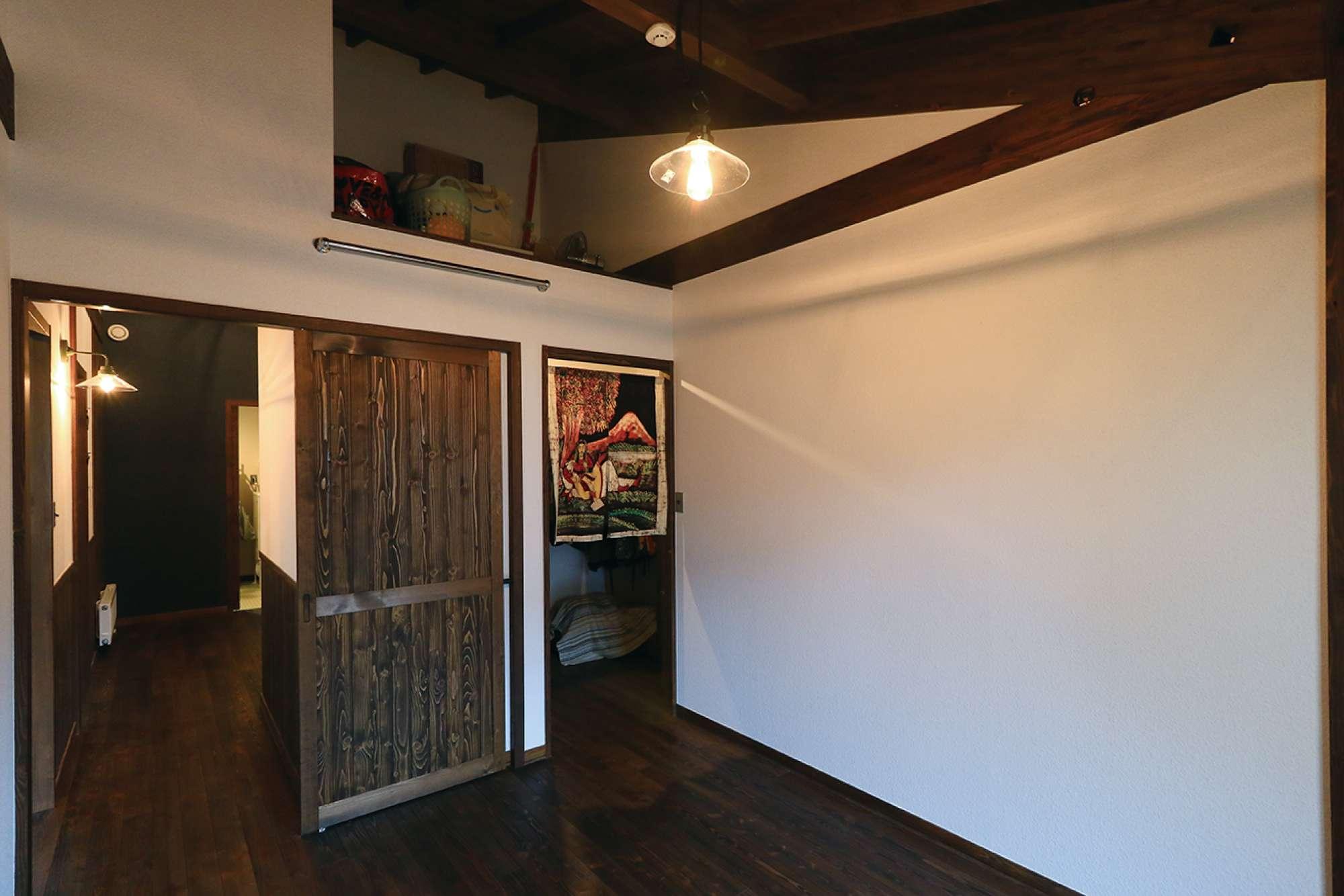 ウォークインクロゼットを配した寝室。小屋裏収納も実現 -  -  -