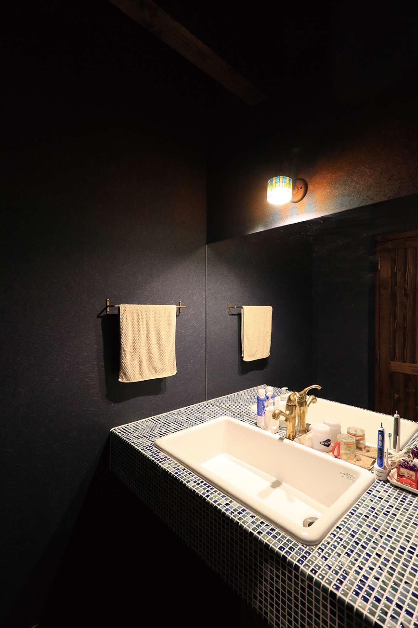 モザイクタイルの造作洗面化粧台。黒い壁とカランもハイセンス -  -  -