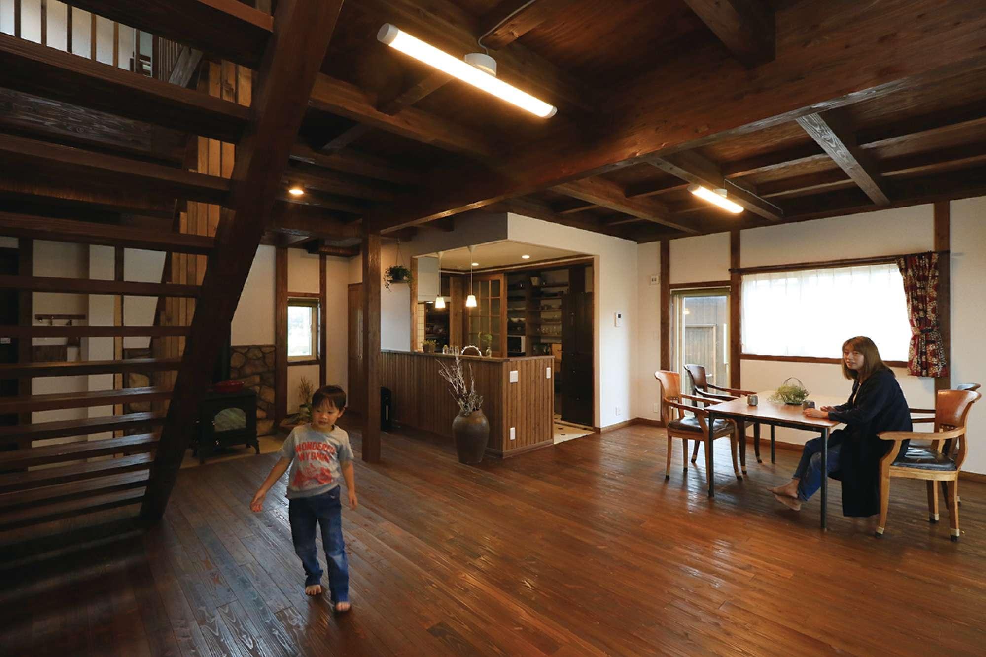 浮造りフローリングと表し天井、さらし階段。木質感あふれる室内 -  -  -
