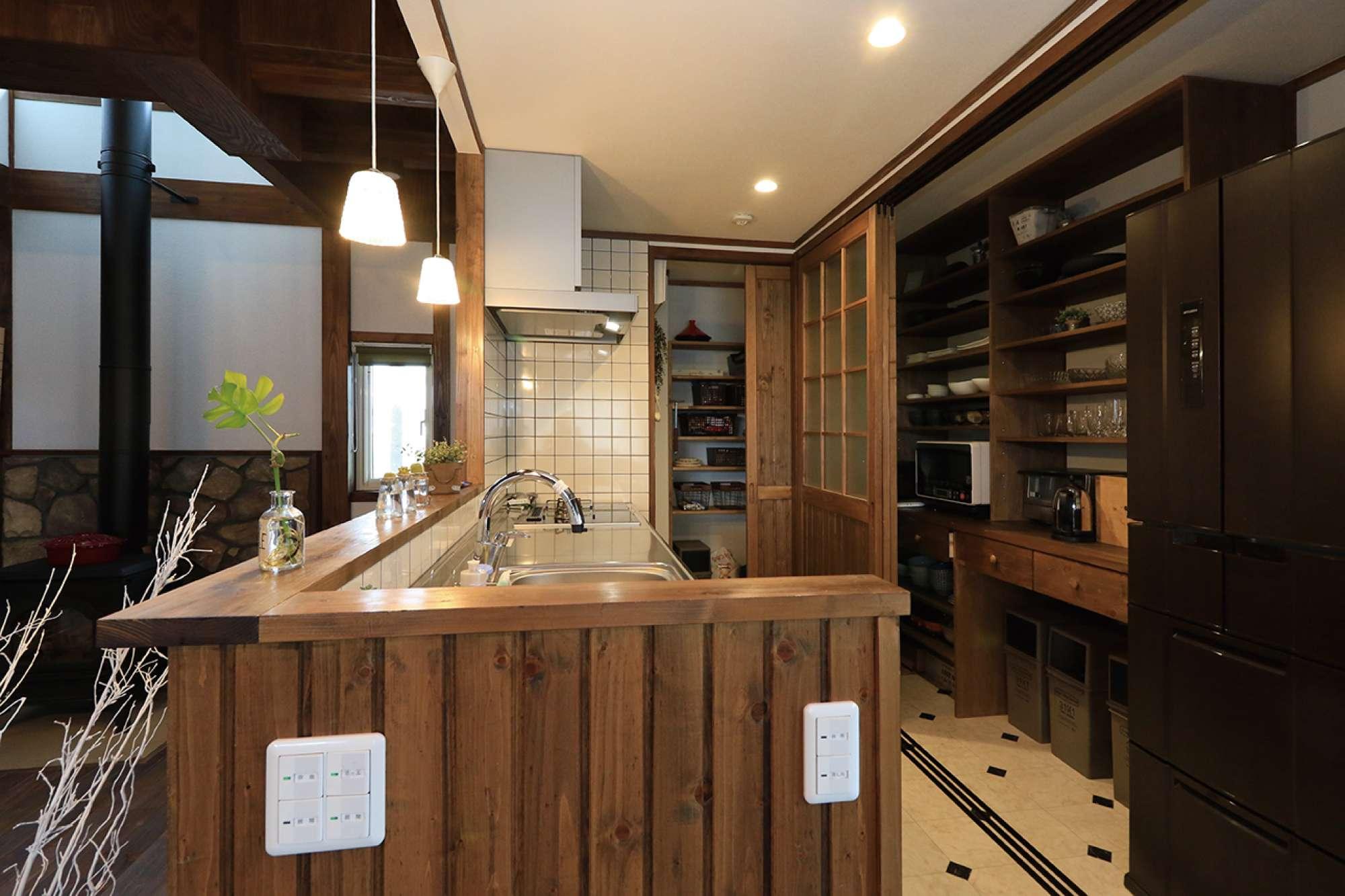 キッチンの後方に造作の食器棚とパントリーを配置 -  -  -