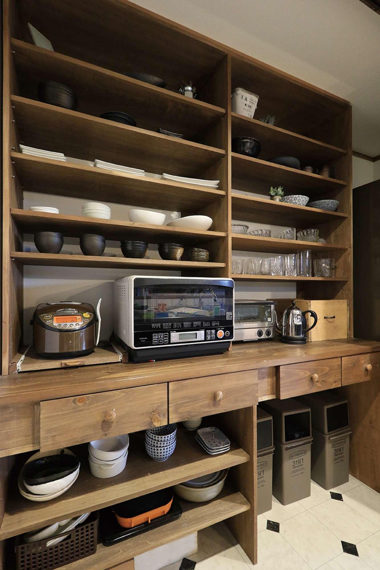 棚の高さなど、使い勝手に配慮した食器棚内部 -  -  -
