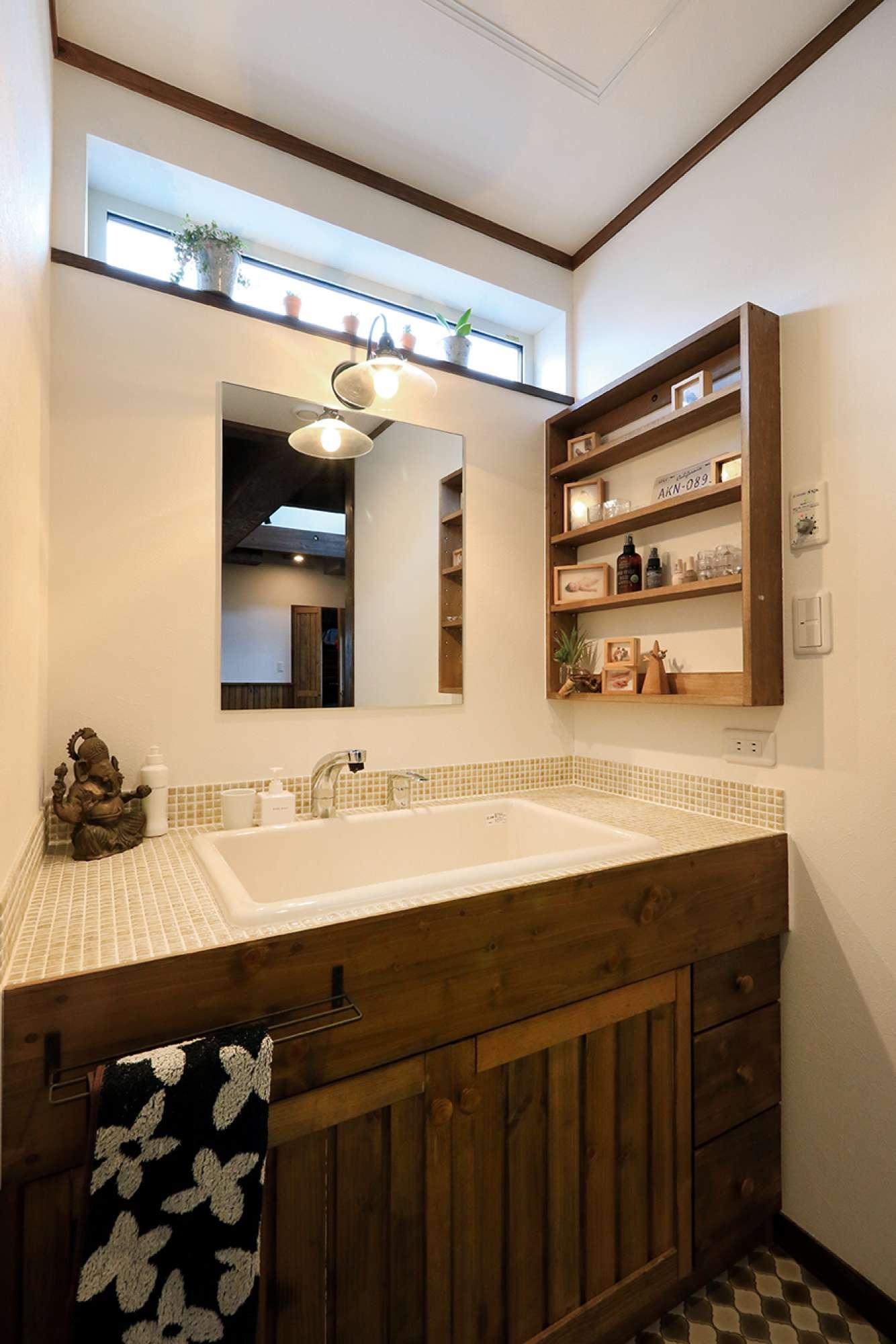 造作の洗面化粧台。上部の窓から自然光が注ぐ設計 -  -  -