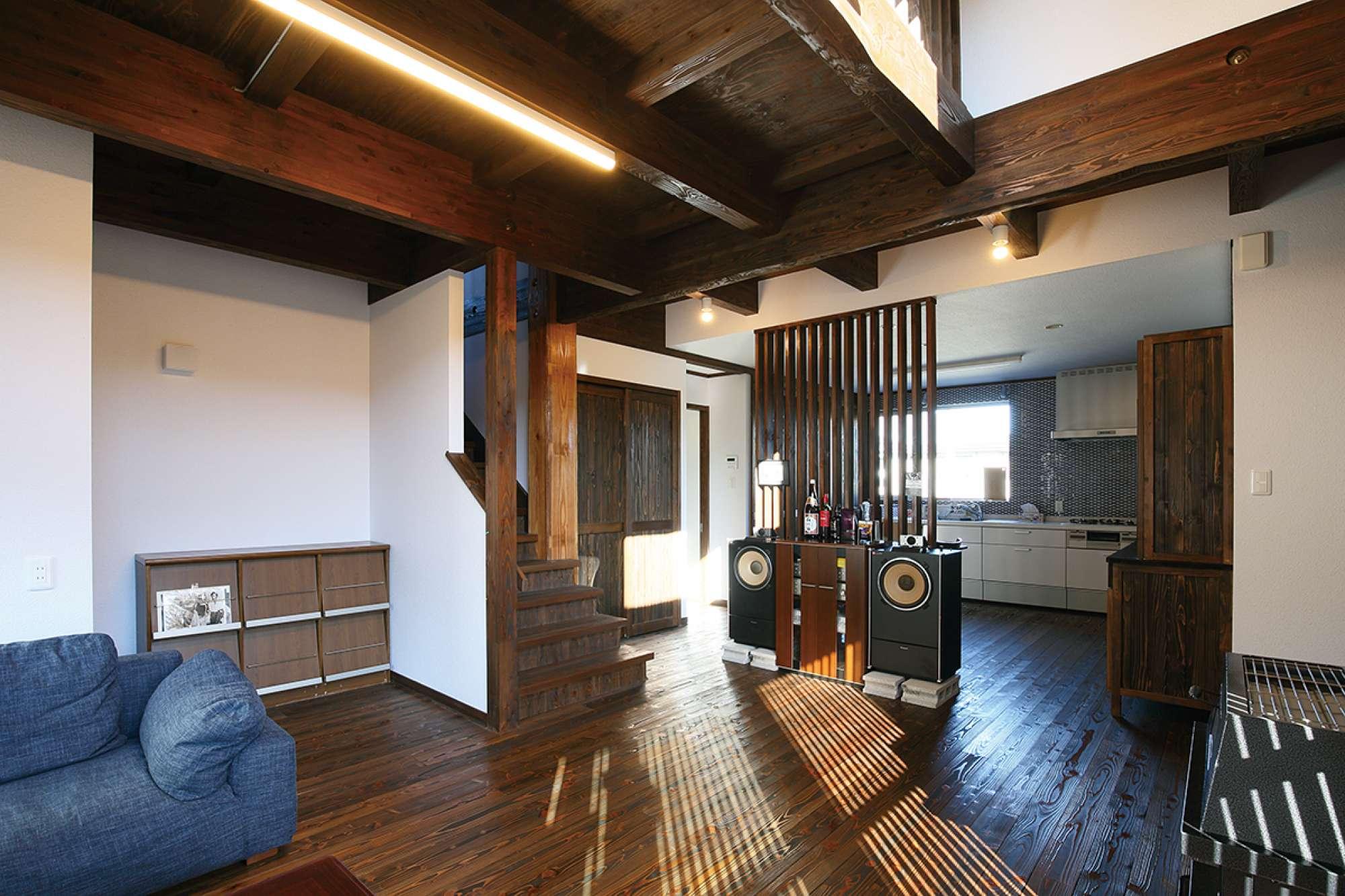天井までの高さのルーバーパーテーションで、一体感を持たせつつ空間を分離 -  -  -