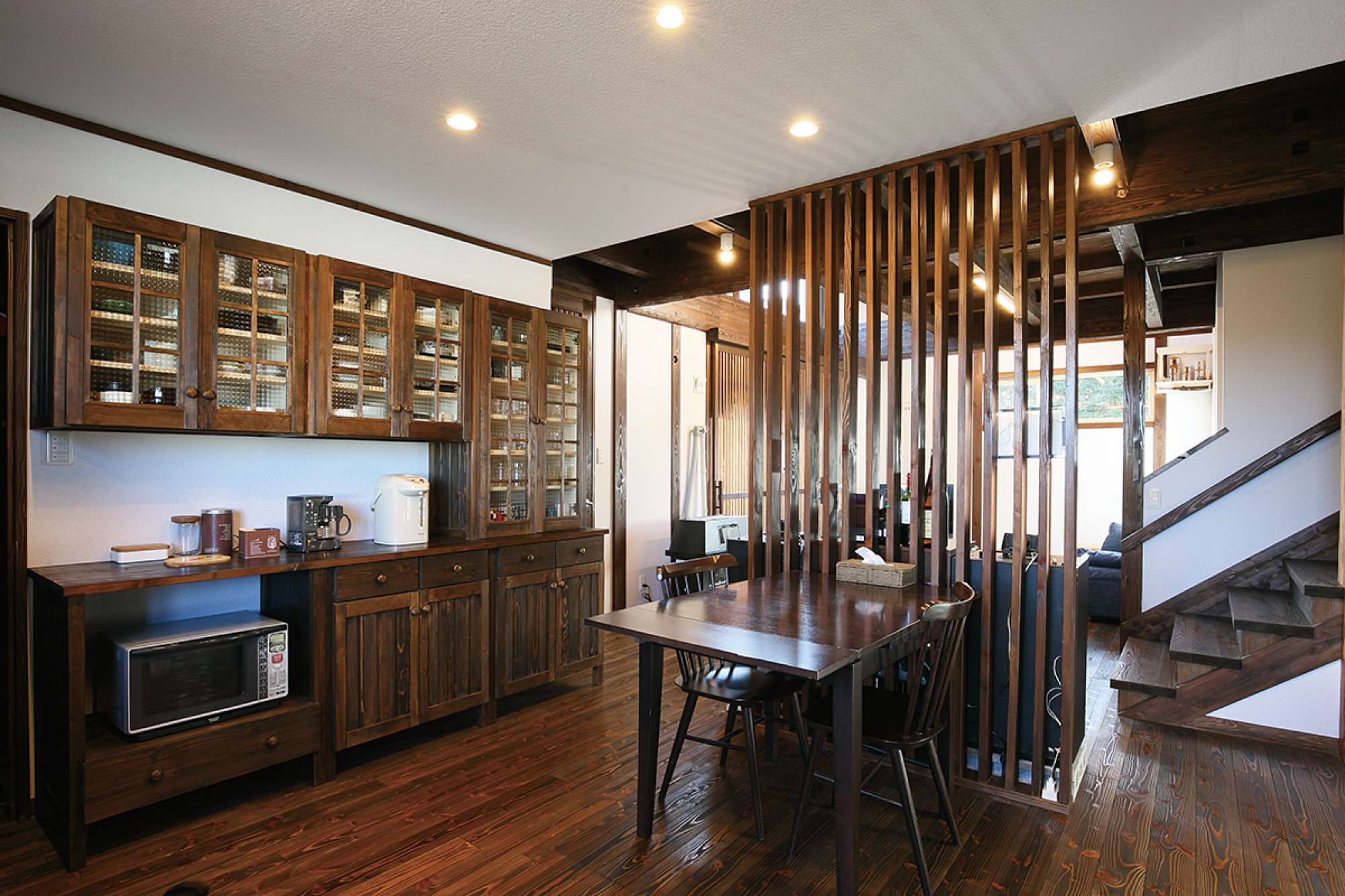 チェッカーガラスと丸い取っ手の大型食器棚も造作家具 -  -  -