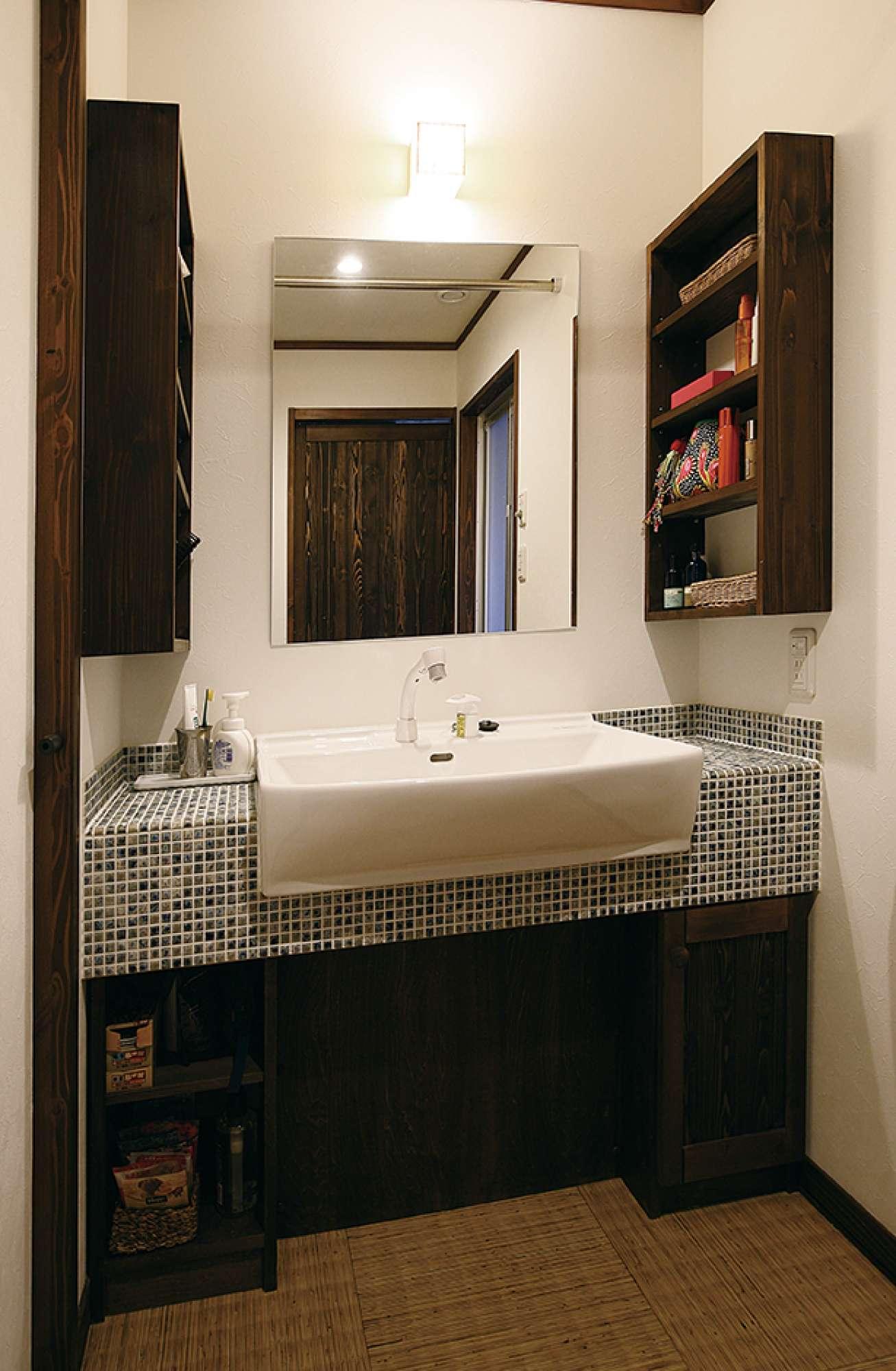 造作のオリジナル洗面化粧台。両サイドに収納棚も設置 -  -  -