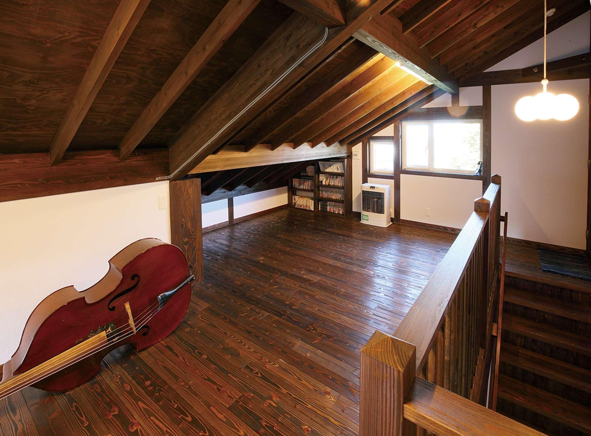 浮造りフローリングと表し天井が印象的な2階フリースペース -  -  -
