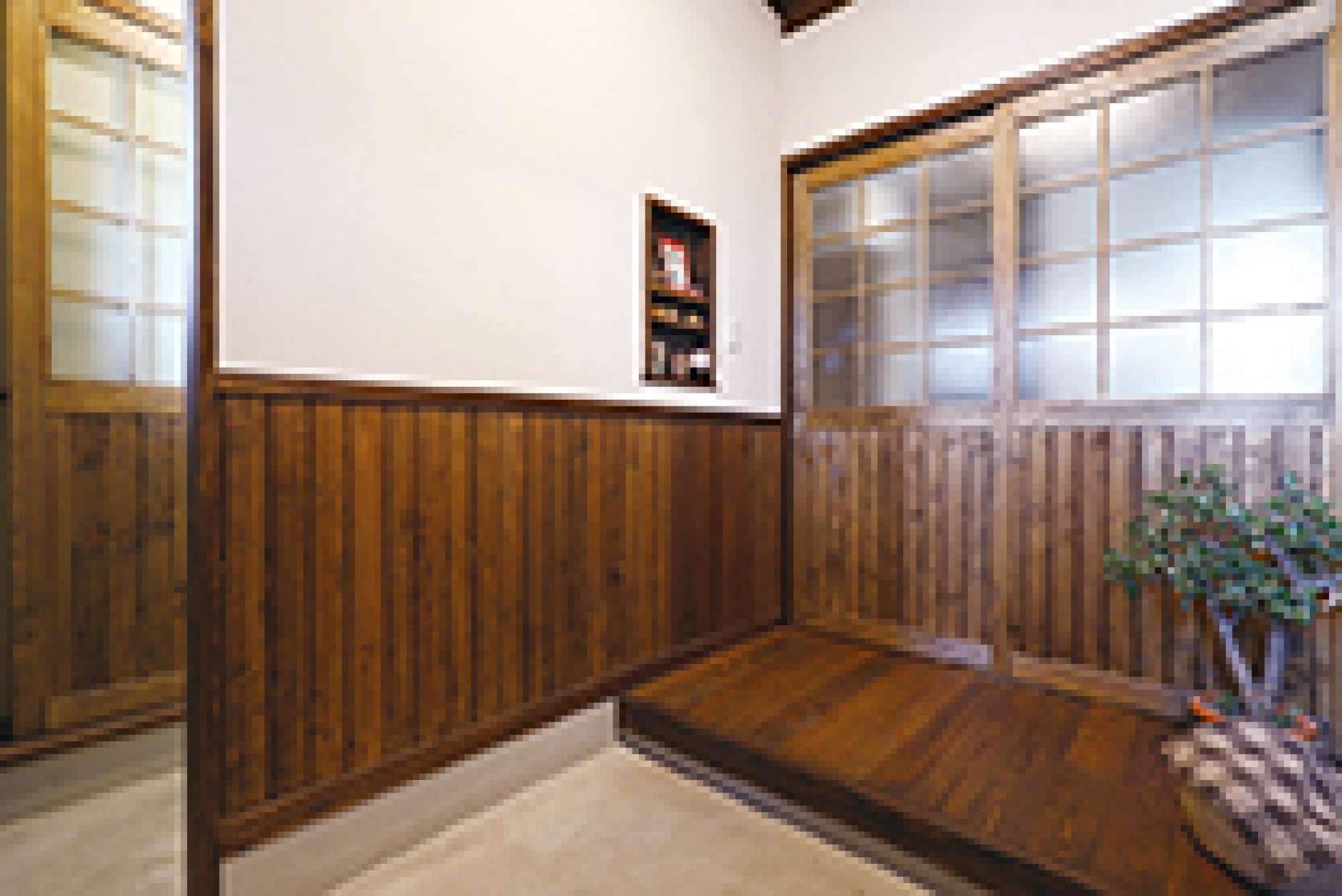 造作引き戸と腰壁が風情漂う玄関。左はキッチンに続くパントリー -  -  -