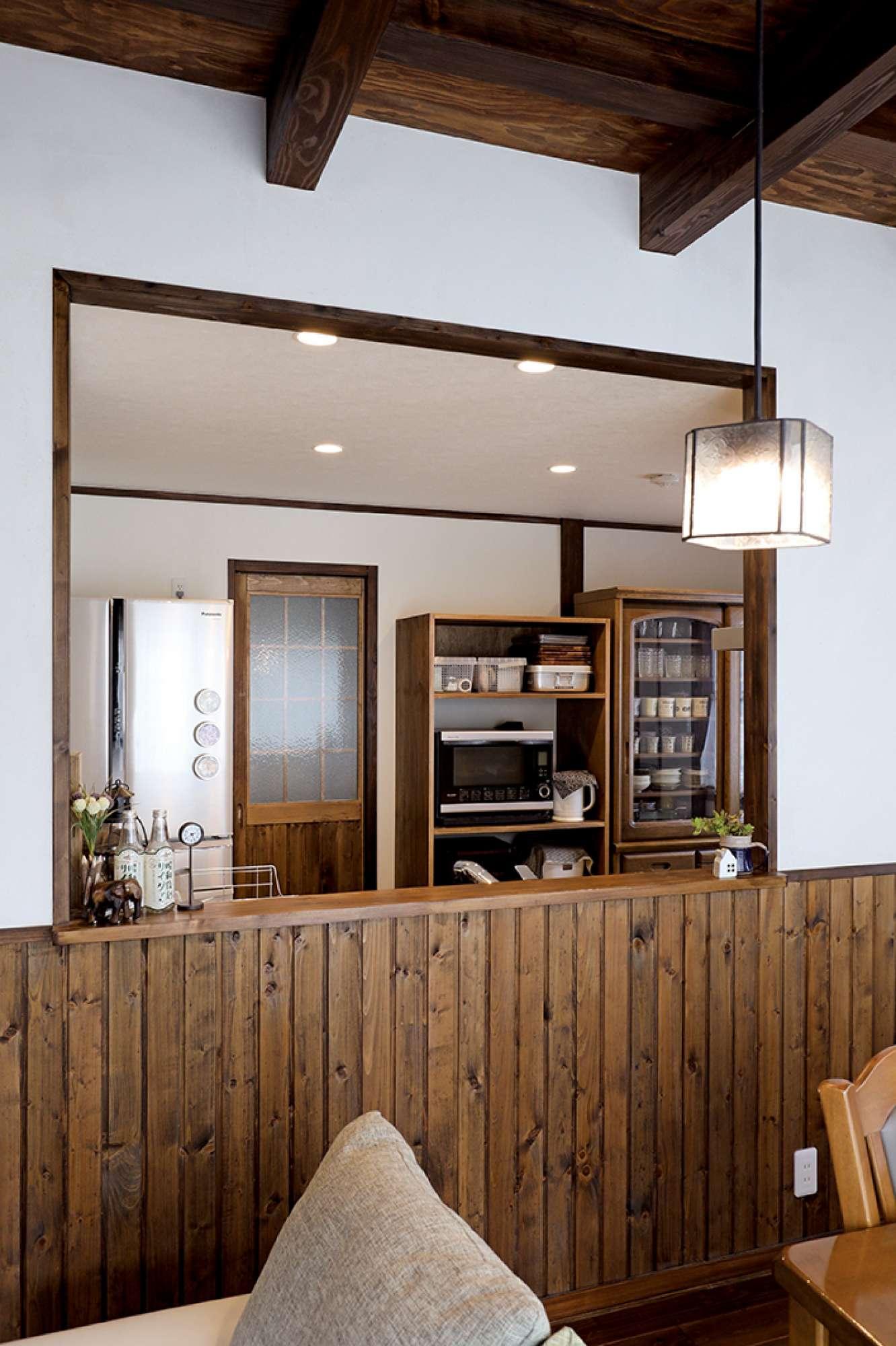 腰壁の木の風合いが印象的な対面式キッチン -  -  -
