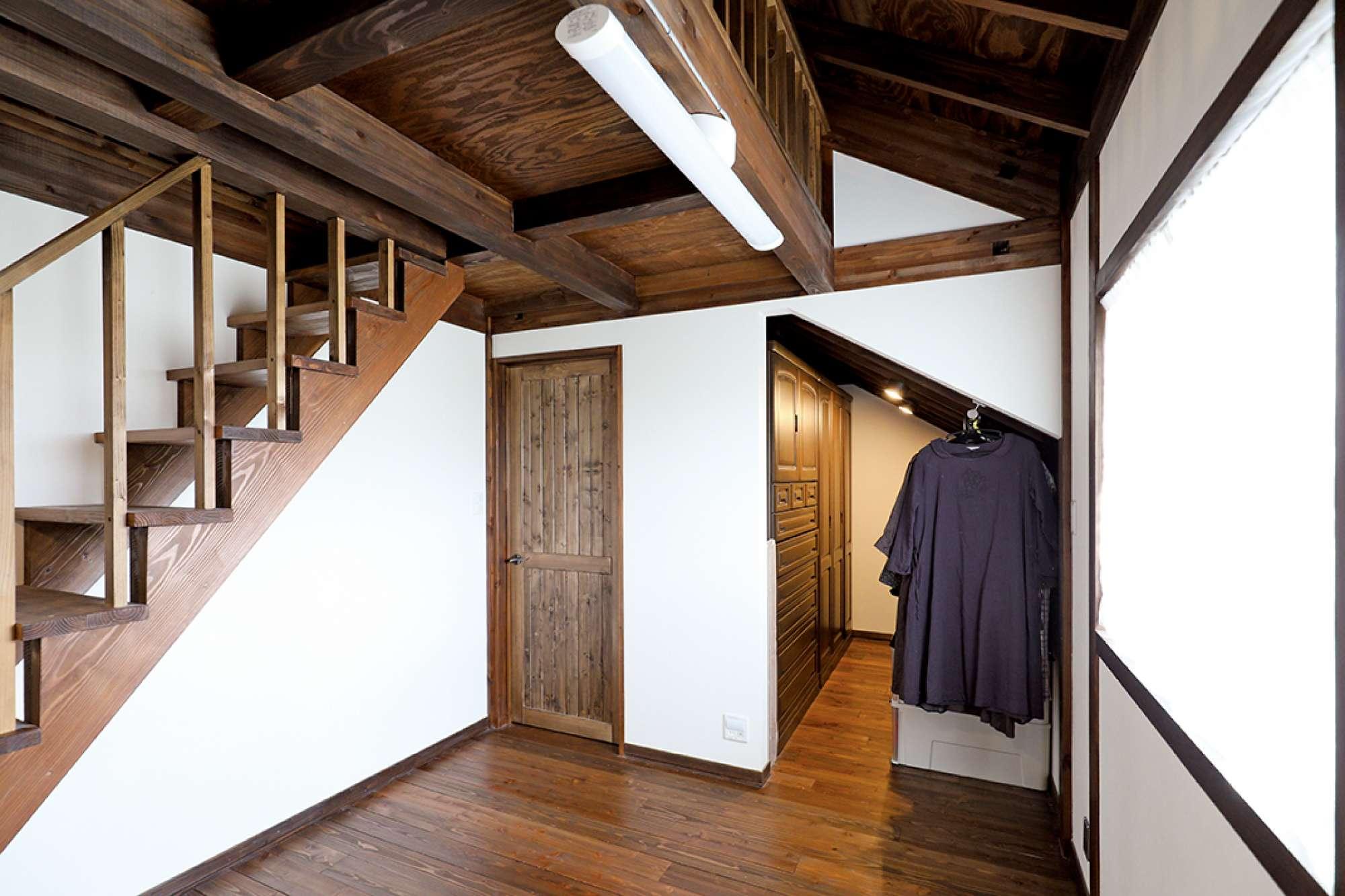 箪笥がすっきり収まる設計の2階収納、左はロフトへの階段 -  -  -