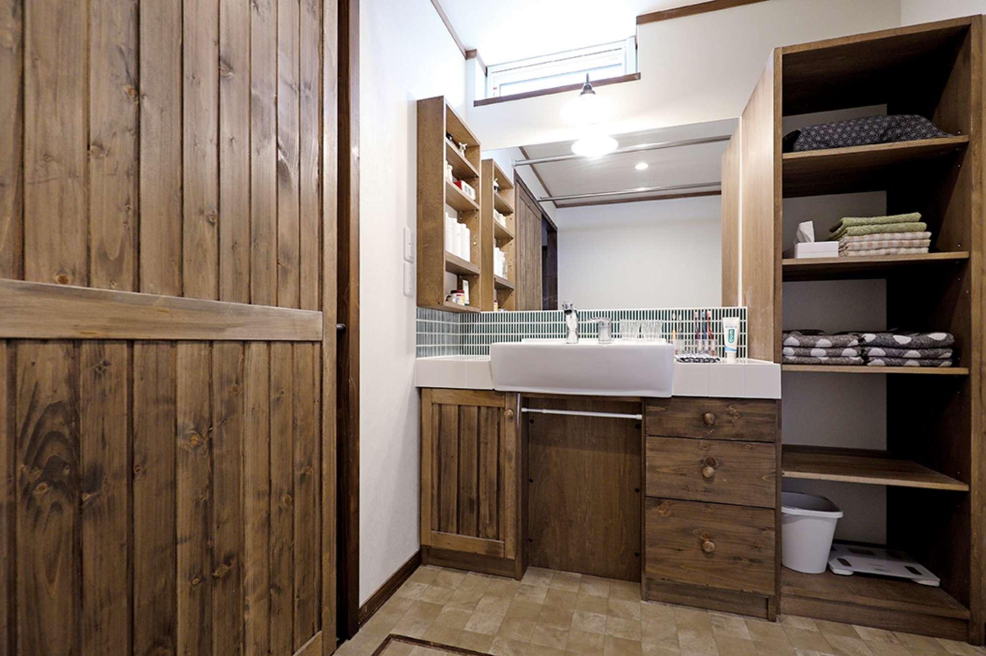 造作洗面化粧台と収納棚を配した広い洗面脱衣室 -  -  -