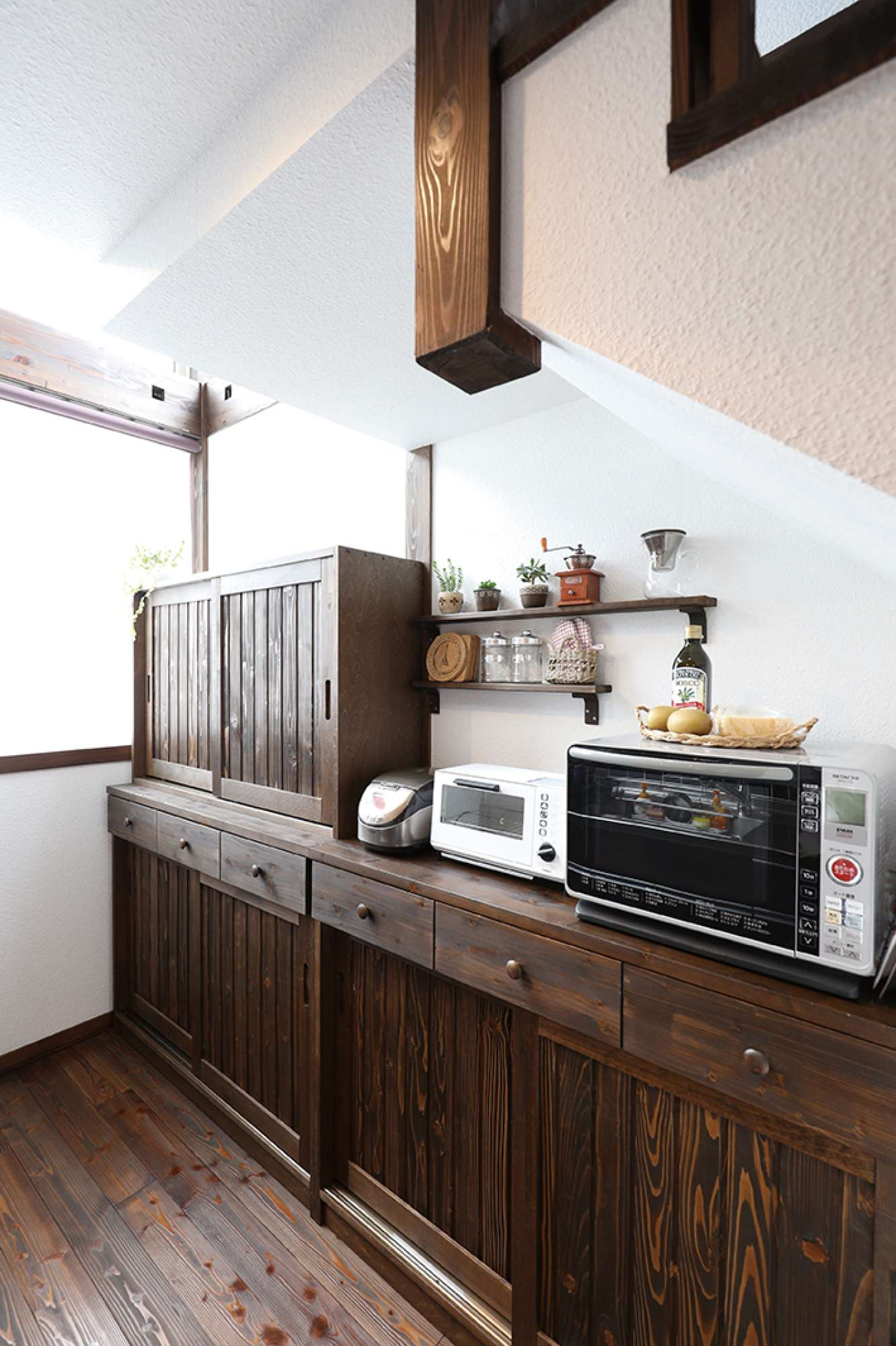 空間にあわせて造作、使い勝手のよいオリジナル食器棚 -  -  -