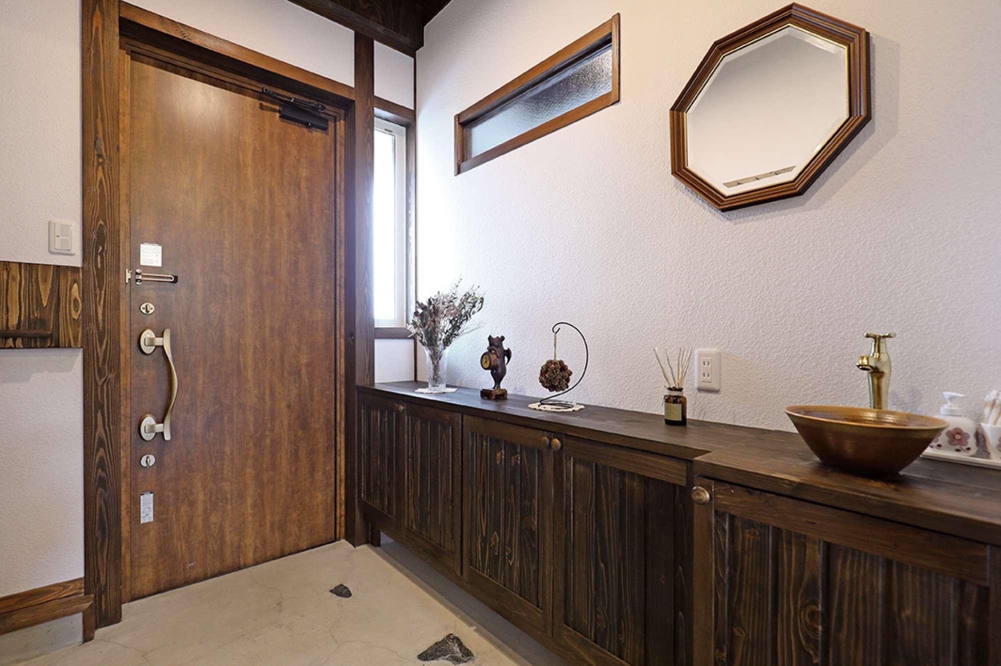 土間玄関に映える造作下駄箱は、陶器ボウルの手洗い付き -  -  -
