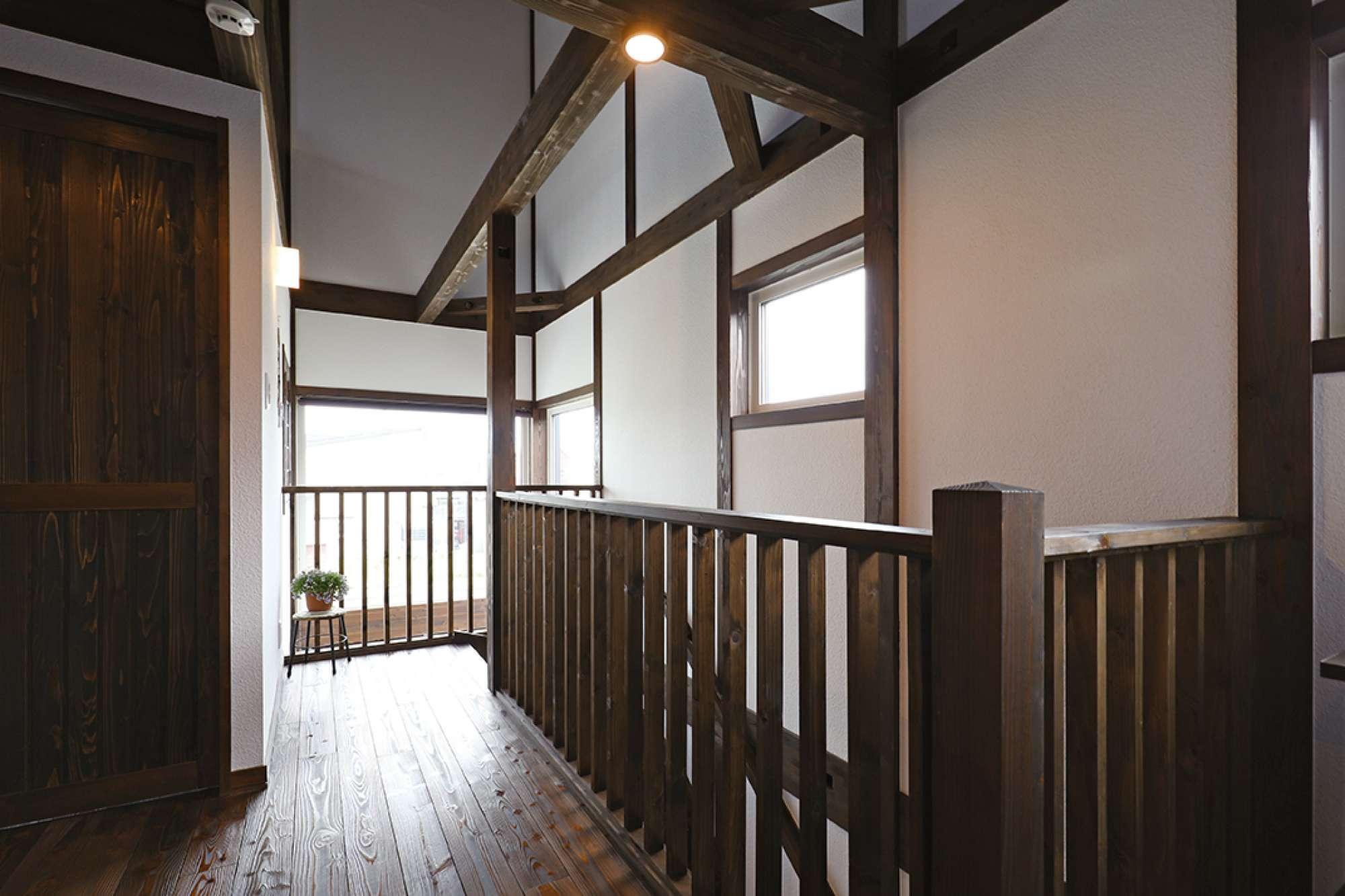 2階フリースペース。吹抜けと階段に木製縦格子手すりを設置 -  -  -