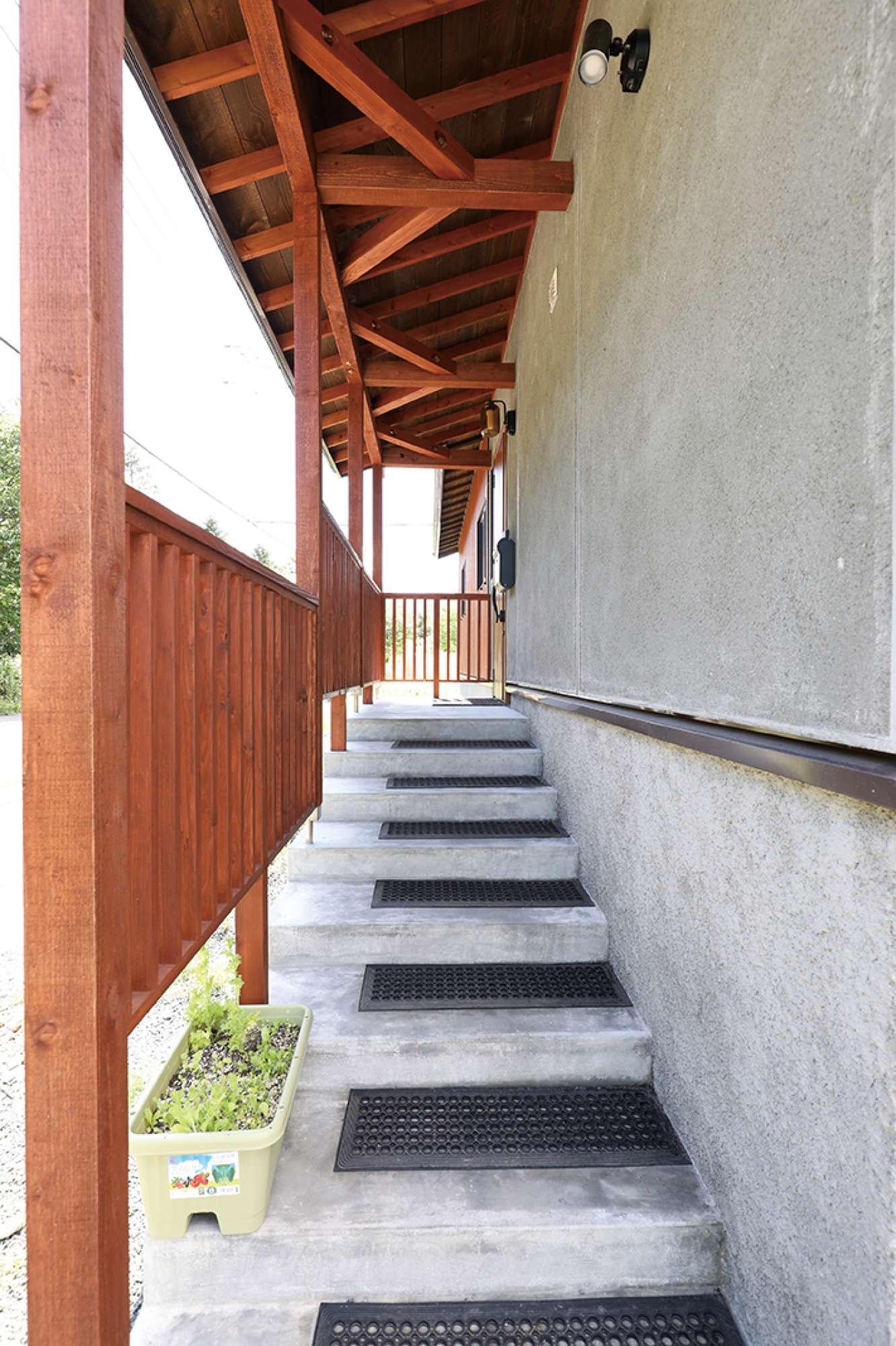緩やかな外階段を設けた玄関アプローチ -  -  -
