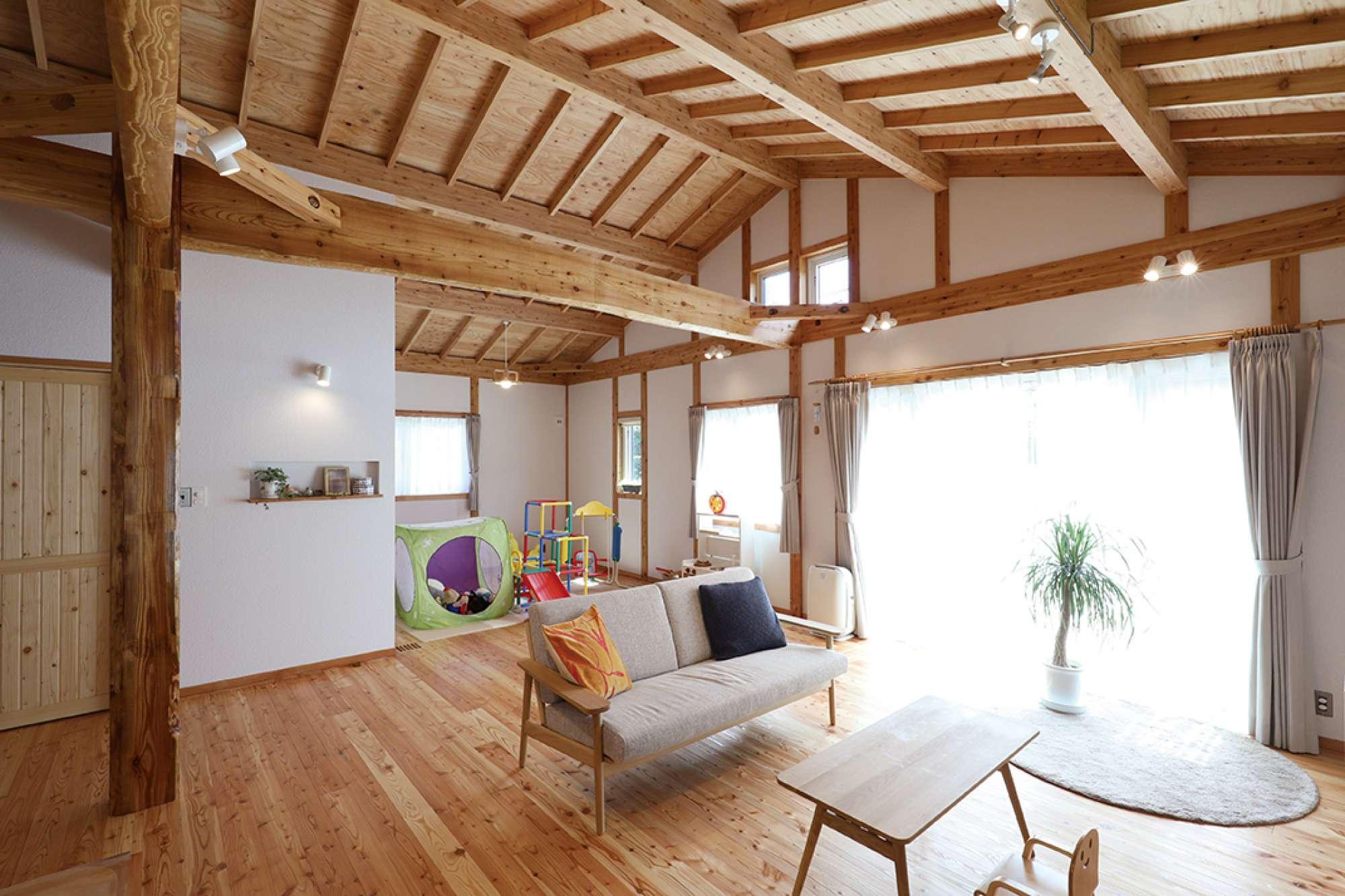 原木梁と大黒柱、表しの天井、木の魅力あふれる室内 -  -  -