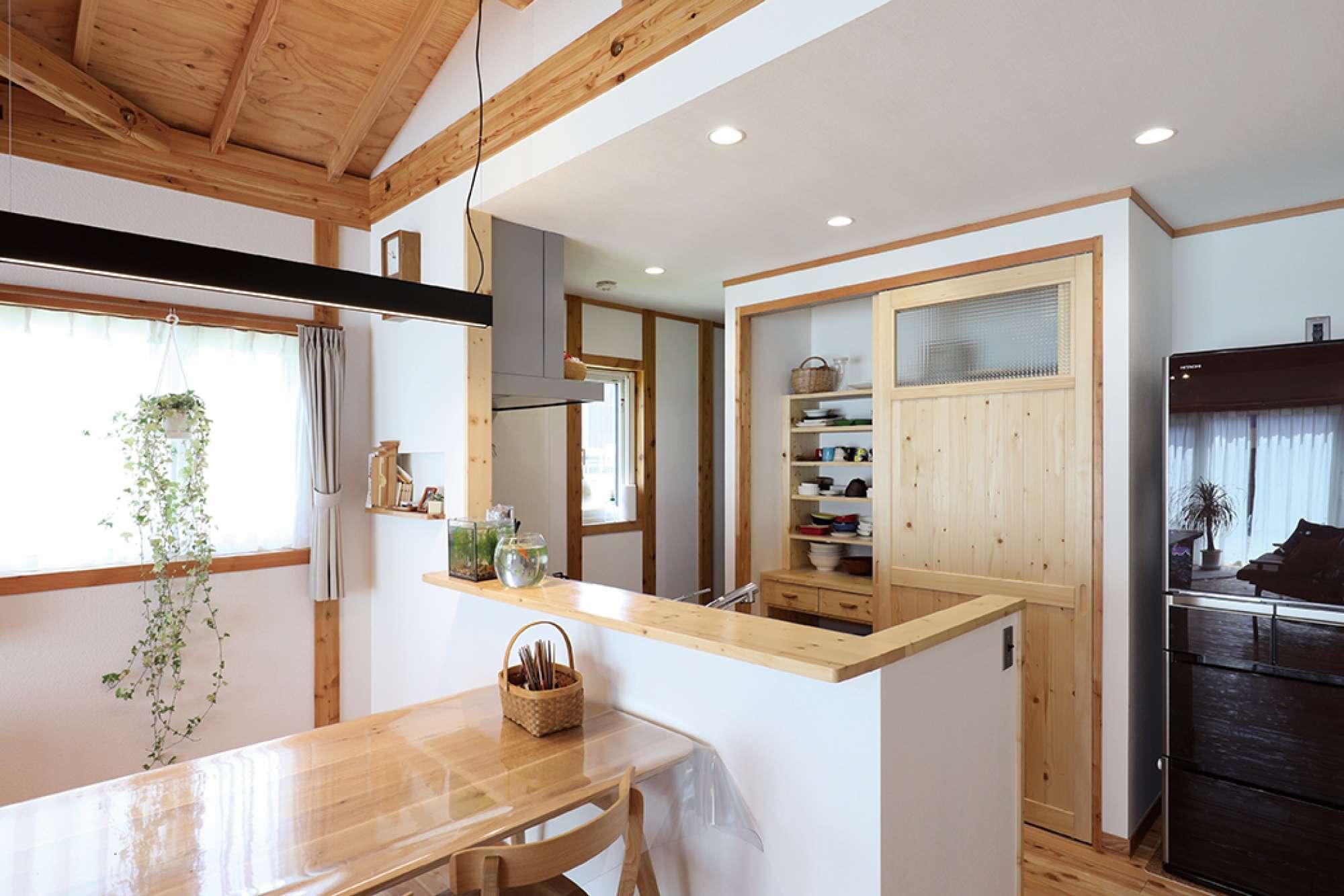 対面式キッチン。食器棚も造作。その左奥がパントリー -  -  -