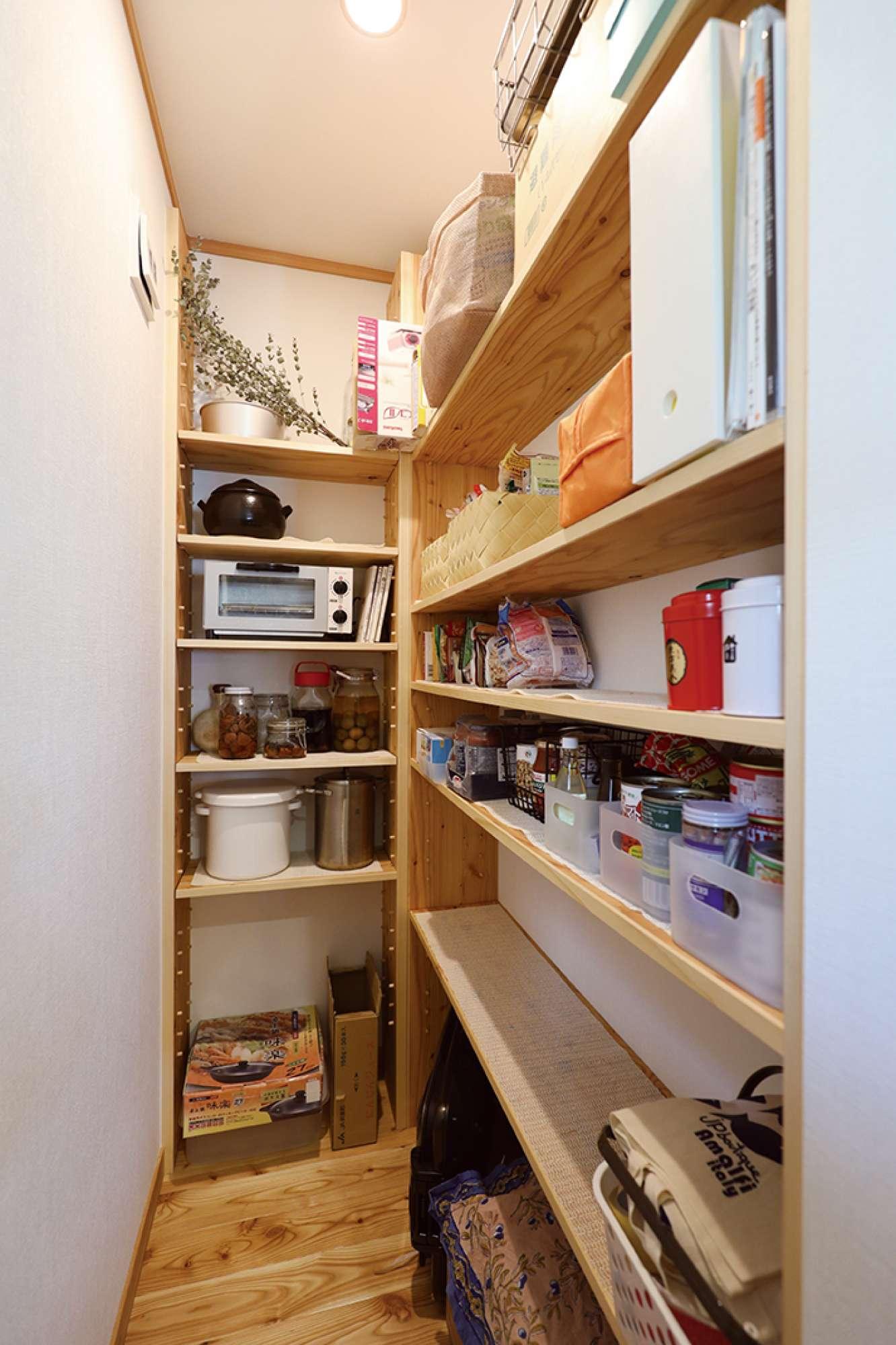 パントリー内部。空間を無駄な鵜使えるように棚を造作 -  -  -
